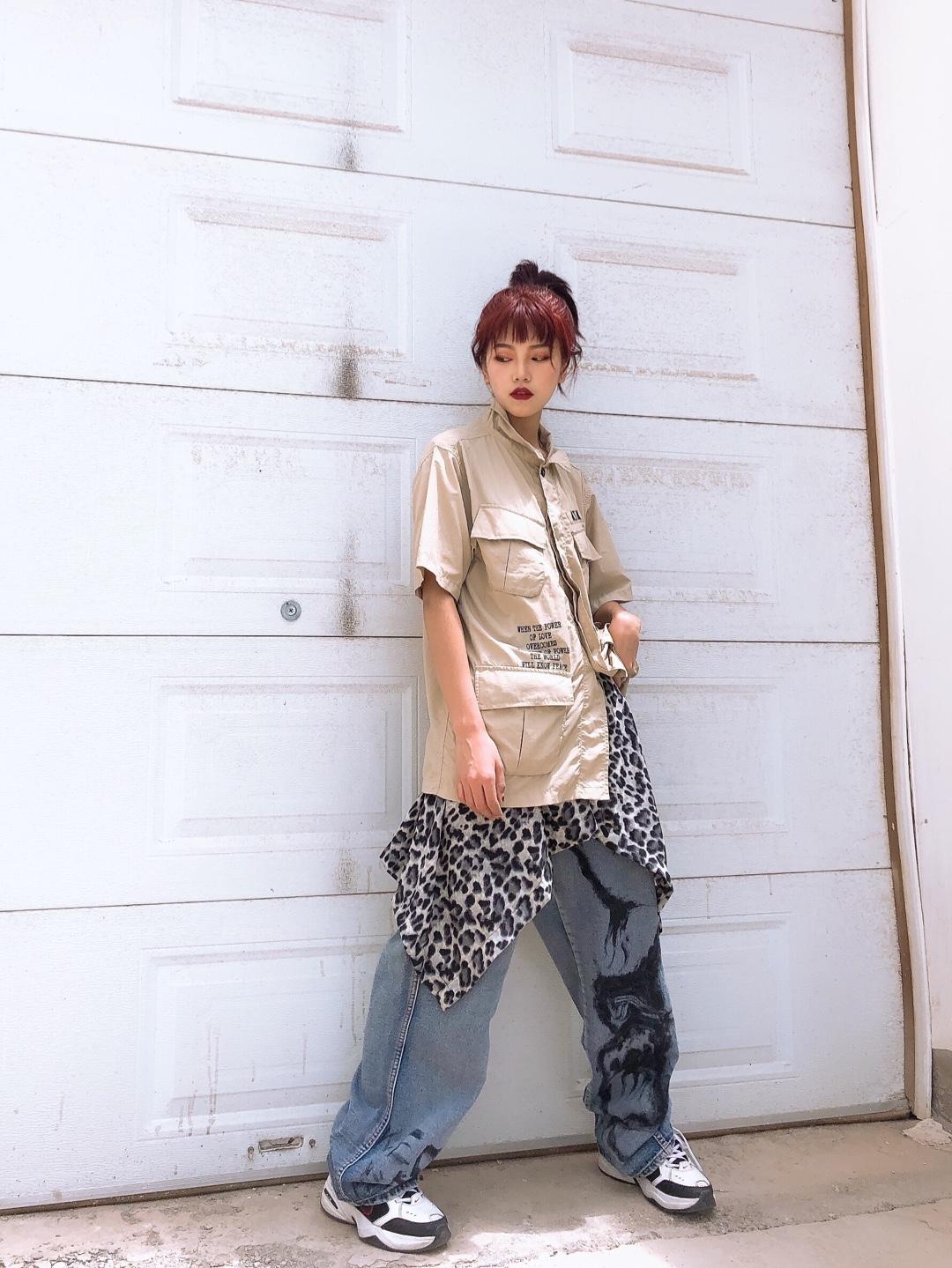 上衣:机能工装风衬衣,设计的细节很完美,口袋有好几个,都很实用,版型比较大,工装男孩女孩都可以选择的一款,面料是薄薄的面料,很透气舒适。颜色上是低调的米色,可以搭配任何裙子或者裤子。  裤子:牛仔裤宽松的版型,松松垮垮的街头上司时尚感,上面的涂鸦印花真的不要太帅气,喜欢涂鸦的一定会喜欢这个裤子。  配饰,避免过于单调搭配了一个豹纹下摆,点缀全身的亮点。  鞋子:普通的老爹鞋,随意舒适。 #618之后,小个子秒变168cm!#