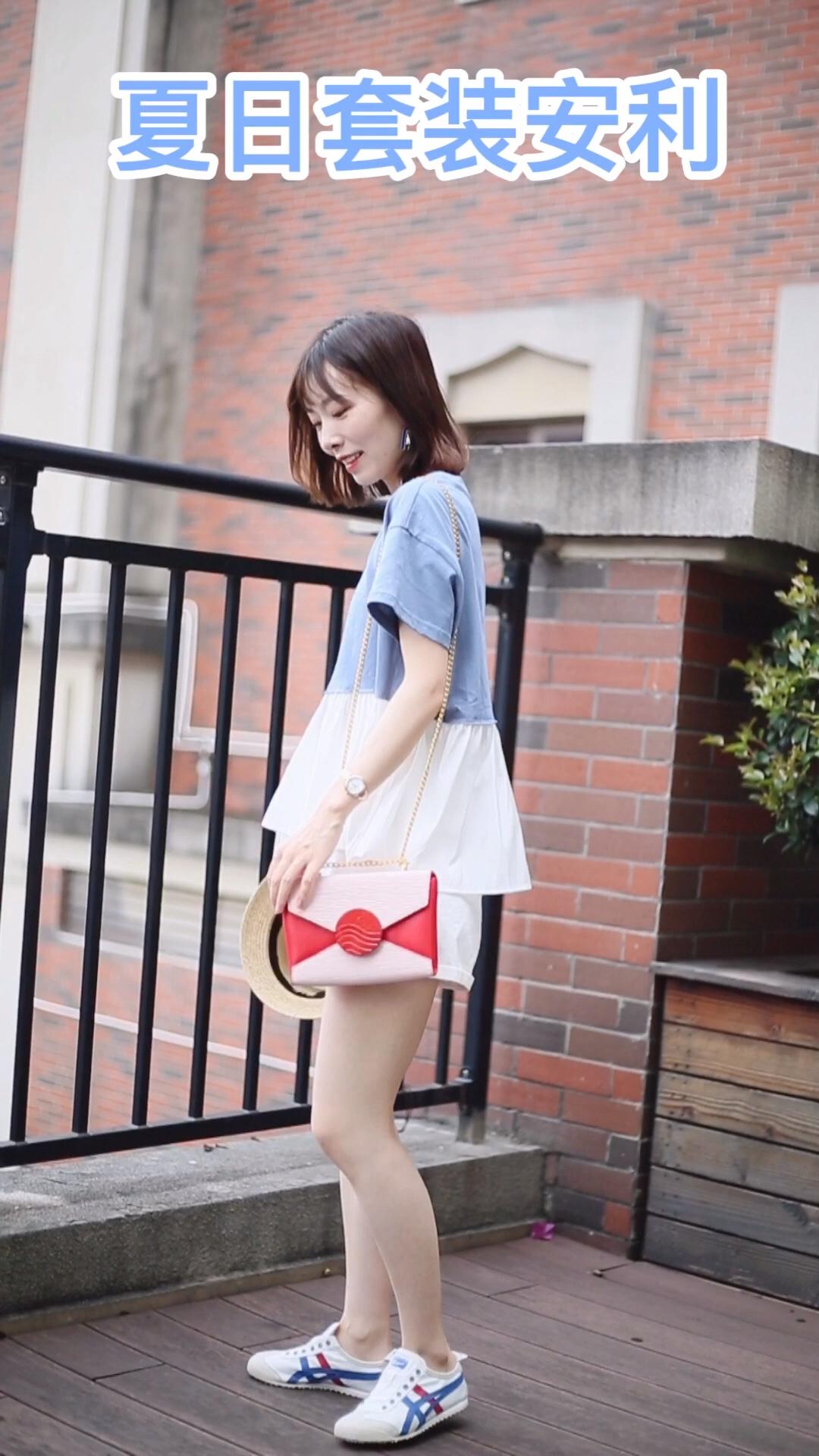 #自带降温体质,薄荷味蓝色安排!# 拼接蓝色t宽松版型舒服休闲 下身搭配简单的白色短裤就很好看 百搭舒适的鬼冢虎图案上的红色呼应包包的色彩 休闲又清新的一套搭配啦~