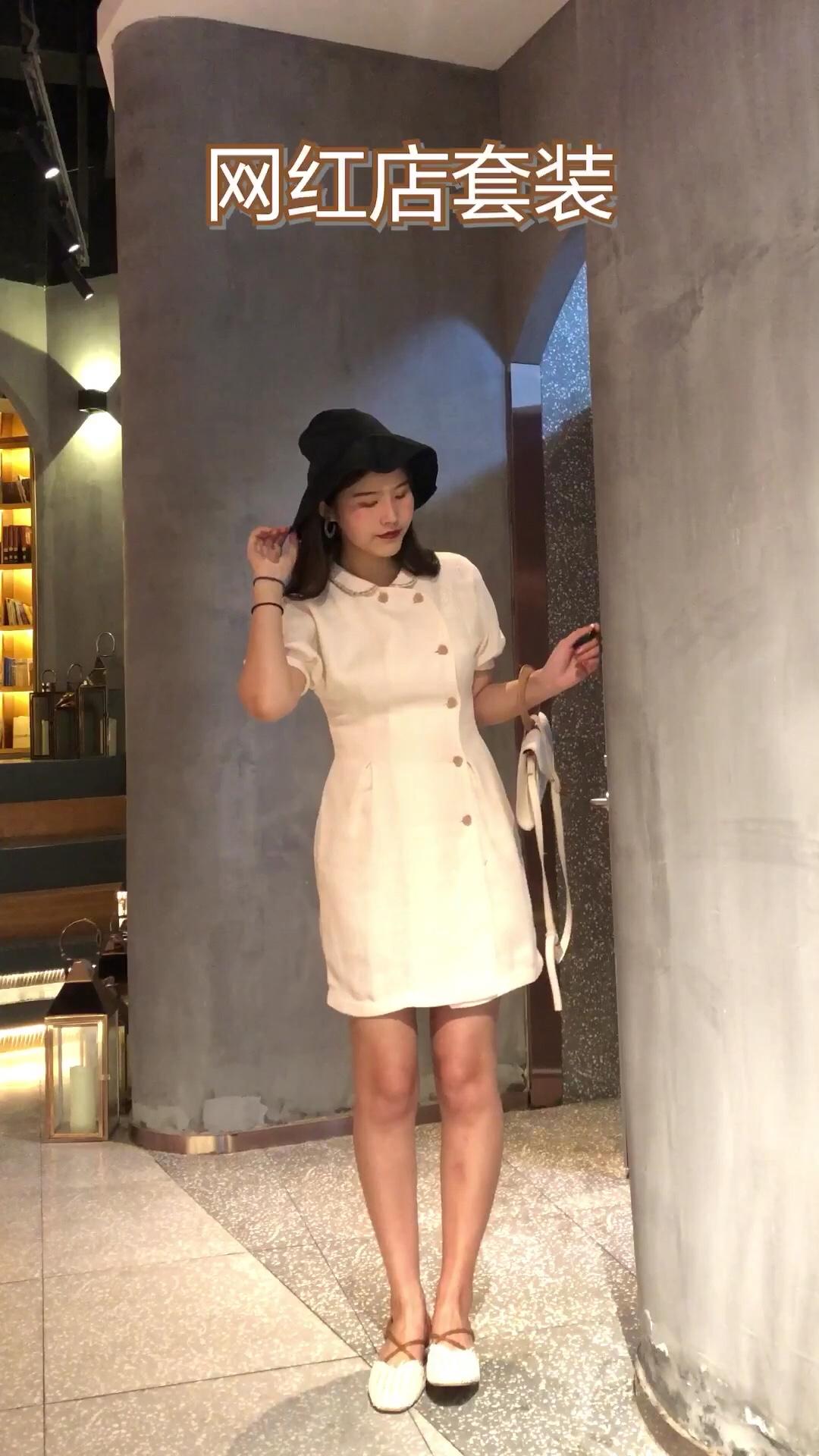 #网红款懒人套装,疯狂种草!#  民国旗袍的设计款连衣裙炒鸡温柔了 这款安娜家的新款连衣裙 是最近的最爱啦 很温柔很好看哦~ 搭配宽檐的渔夫帽和米色的包包 很衬托气质的款式啦~