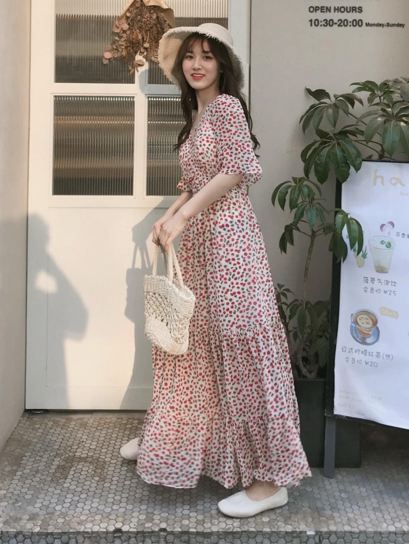适合度假日常穿的直男斩❤️樱桃连衣裙 这条连衣裙在微博上被要了好多链接~#想被街拍?最上镜穿搭学起来!#去泰国的时候直男小哥哥们表示都很喜欢的连衣裙,面料是雪纺的很舒服,我个子不高也能驾驭 ,缺点就是领口有点大哦,保守的小姐姐可以在里面穿个白色抹胸或者肉色内衣❤️搭配一双小白鞋带个编织草帽真的不要太好看哦。