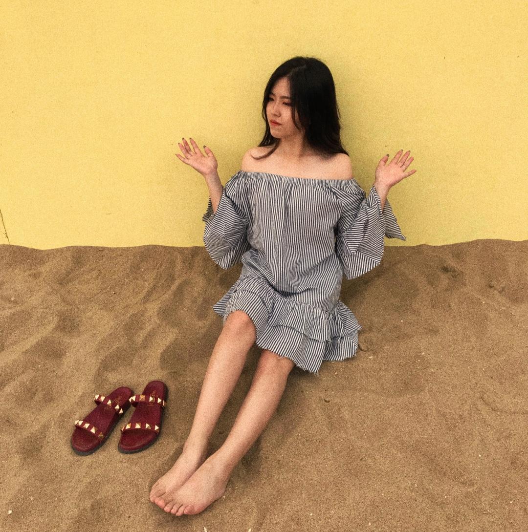 在沙滩边拍照一定要一件度假风的裙子啦 这件条纹一字裙是以前在zara买的 简单穿上身都不用怎么搭配 特别方便 宽松的裙子就很舒服啦 #网红款懒人套装,疯狂种草!#