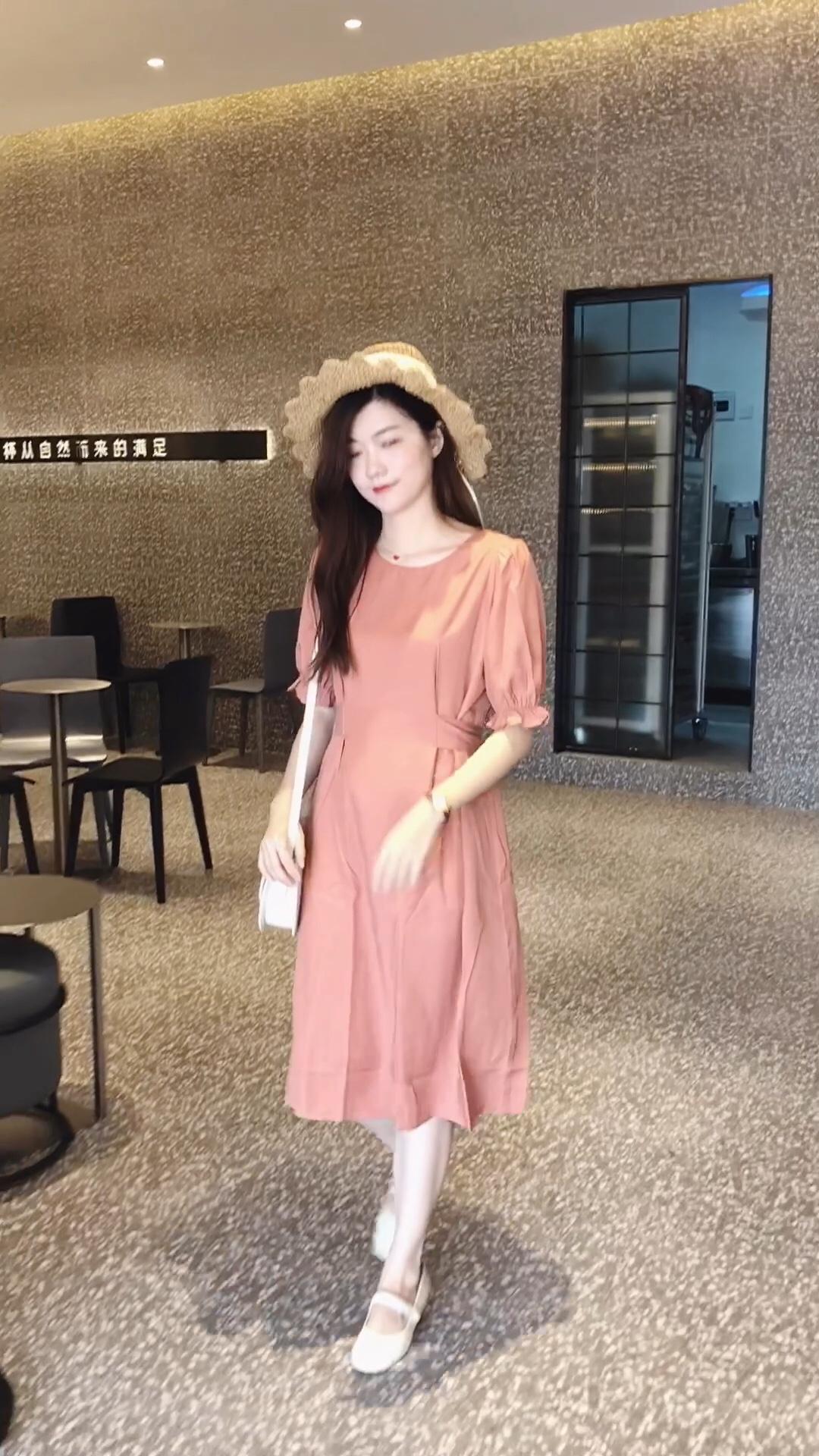 这条橘粉色连衣裙带点活泼又可爱的感觉 复古的灯笼袖遮肉又减龄 后面的一排贝壳扣也是很精致 收腰系带可以前或后系,显高显瘦,细节感满满  #最美女同事的穿衣经get#