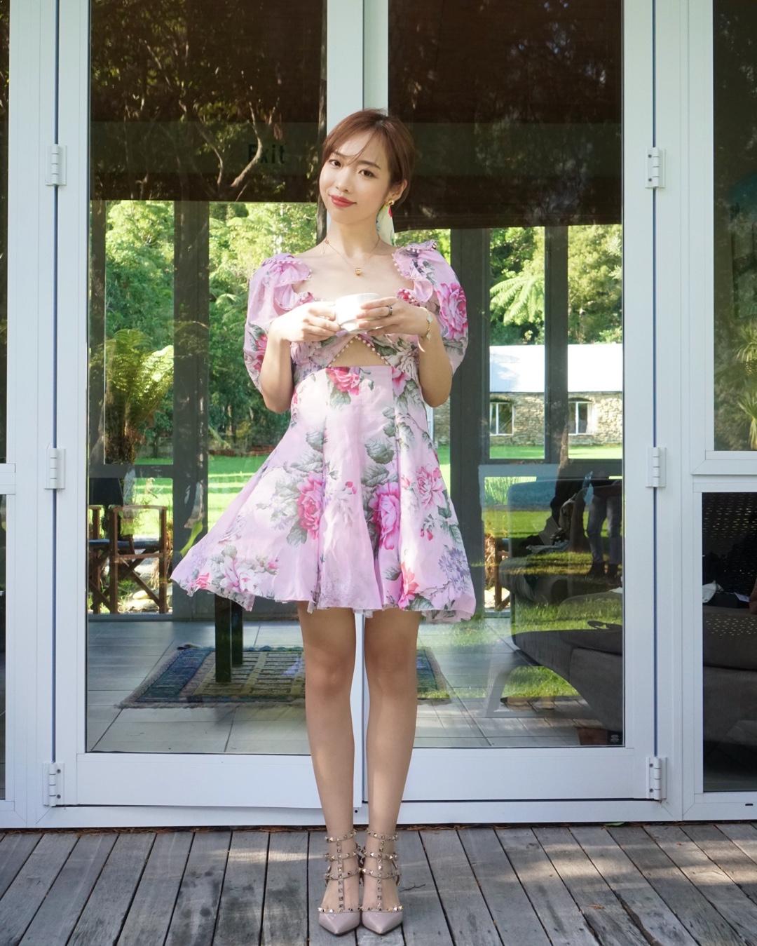 #美裙上线,承包一夏的仙气# 夏天就是要穿裙子哦! 花裙子更是首选啦~ 这条裙子不仅好看 关键是很显身高哦 让你的比例显得特别好 腿也特别修长 颜色也是仙气十足 喜欢她的泡泡袖 今年超级流行哦~度假约会不二之选!
