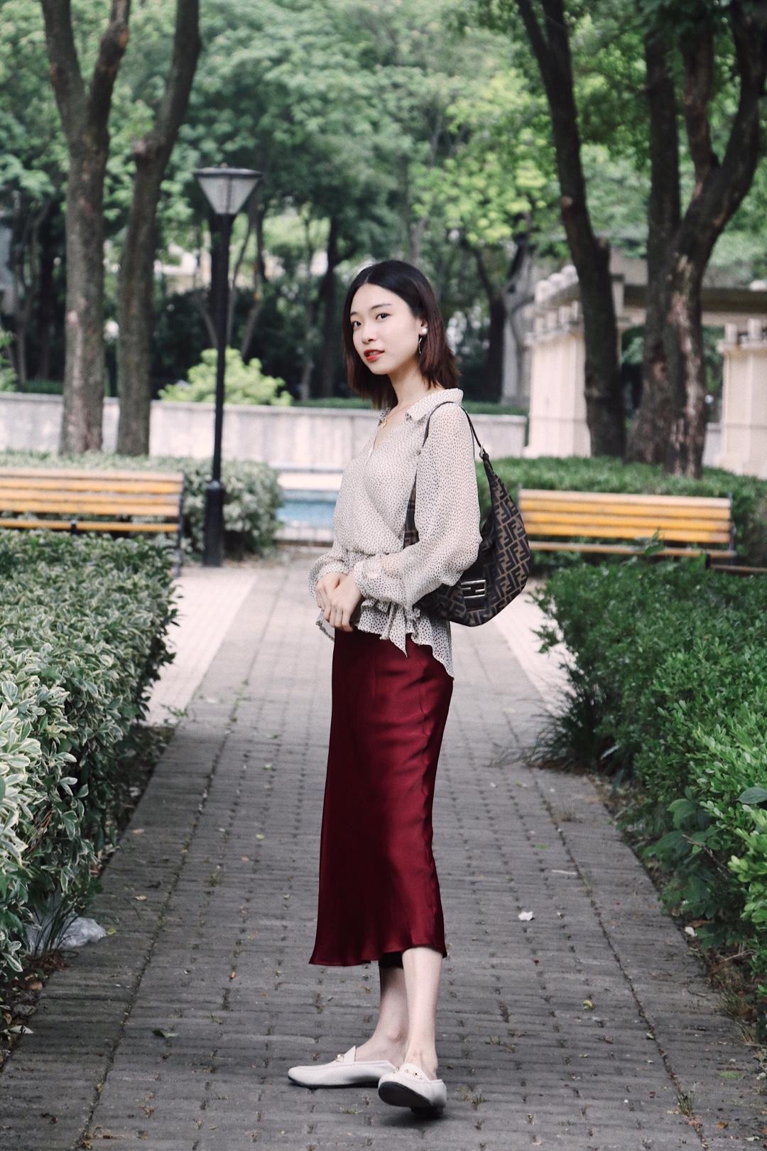 米色系波点衫搭配酒红色半裙,是温婉气质的一身了~ @蘑菇街官方  #最美女同事的穿衣经get#