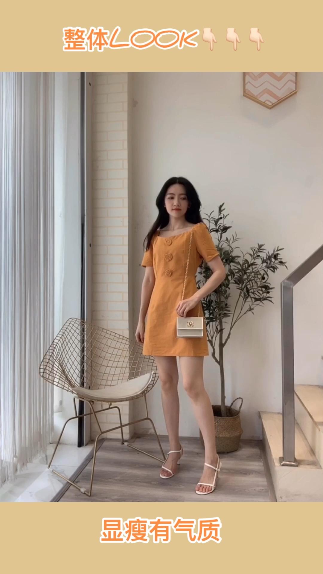 复古方领连衣裙 热气腾腾的夏日小裙子当然是温柔女孩的SHOU选拉,简约设计,胸前对襟增添立体玫瑰花点缀,让整条裙子都变得更加精致又俏皮,而且颜色也太显白了#618销量top竟是这些网红店!#