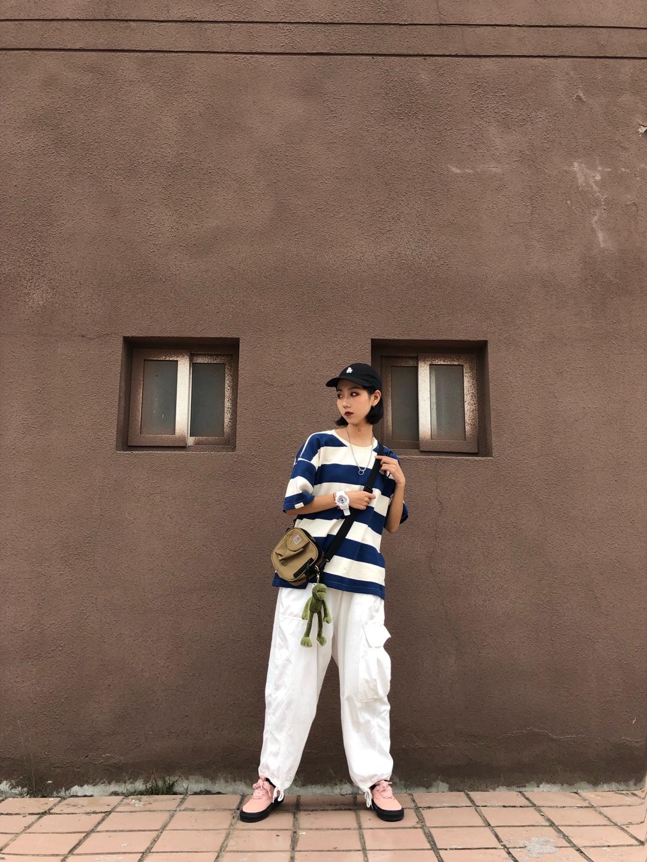 #想被街拍?最上镜穿搭学起来!#  蓝白条纹的t恤 就是最清爽夏天的颜色啦 搭配一条白色裤子 不能再清爽啦 戴上棒球帽 更加街头感啦