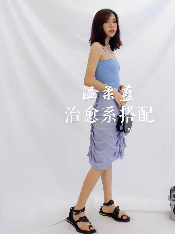 女生穿搭 韩系ins风 超温柔的蓝色系搭配~ 吊带是明亮色系的蓝搭配半裙是浅色系蓝~ 整体看起来就非常温柔啦~ 包包和鞋子颜色是呼应滴~ 吊带:DIDDI MODA 半裙:HOWL 包包:古良独立设计 #蘑菇街新品测评#