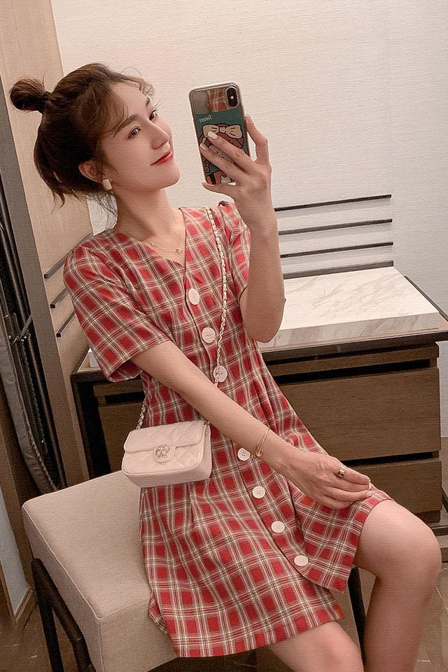 格子连衣裙女2019夏季流行女装减龄v领单排扣法国小众桔梗裙