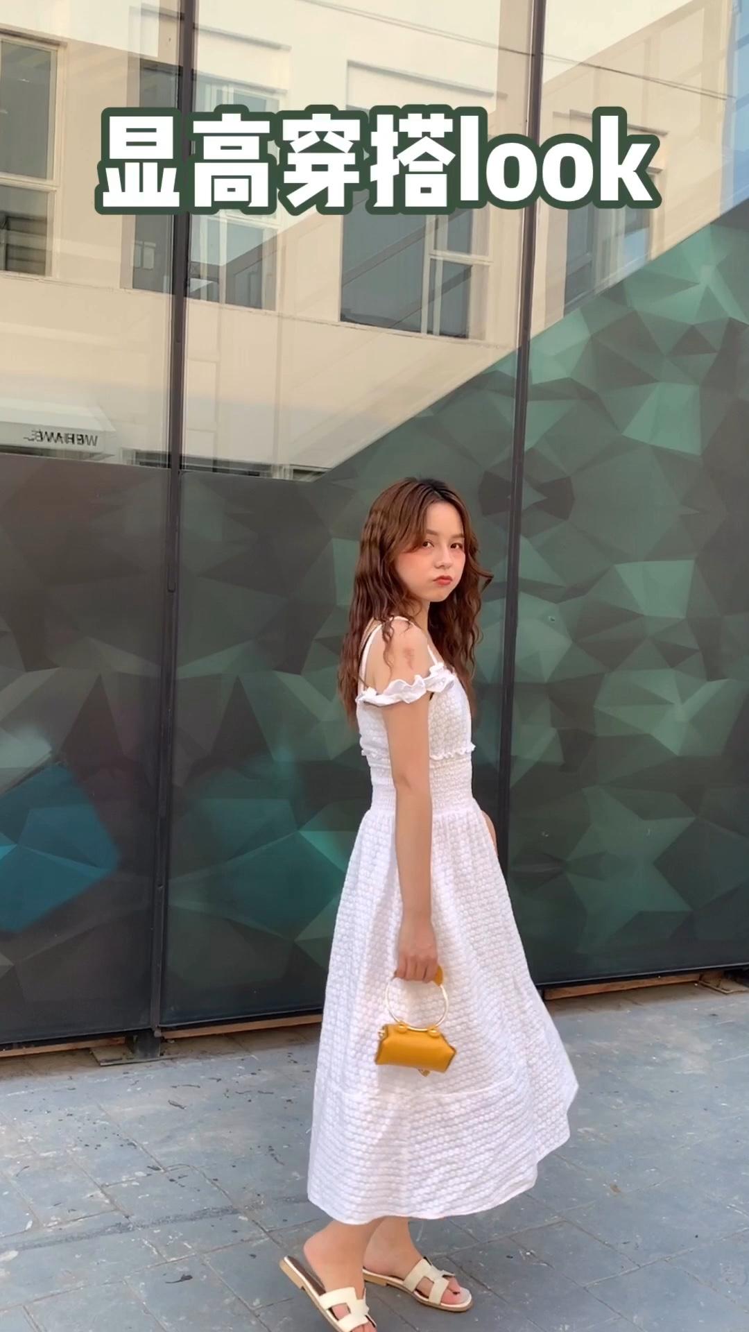 #越穿越瘦,梨形mm福音#白色连衣裙 这款真的是出门逛街和旅游都是不可或缺的 有点喜欢💕 少女心的必备穿搭哦~ 喜欢就快点下手