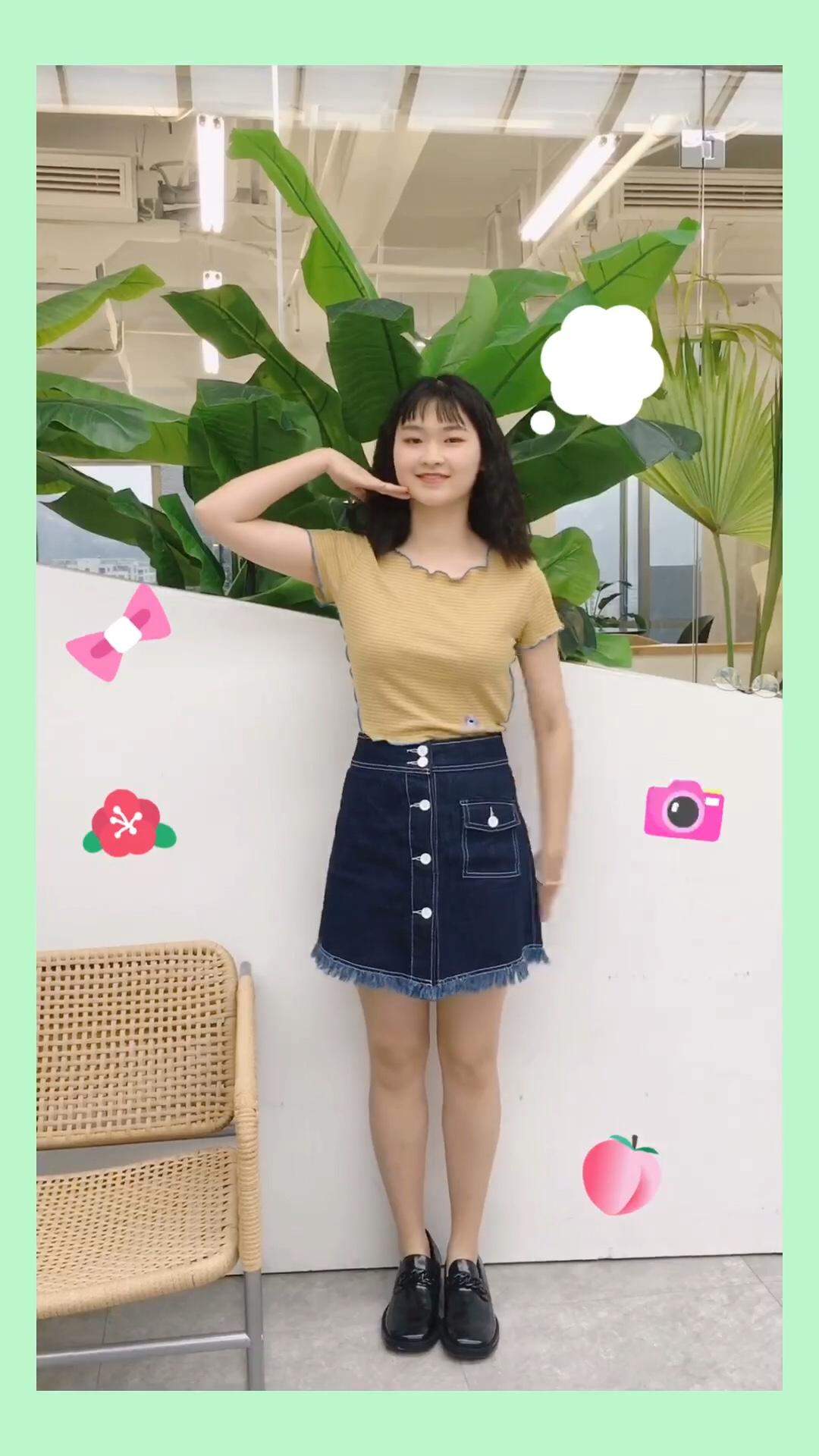 #蘑菇街新品测评# 🌈身材全靠穿呐!! 紧身T恤勾勒完美上身~加上A字短裙! 超级显瘦美丽 小皮鞋👞真的很百搭~穿什么都ok