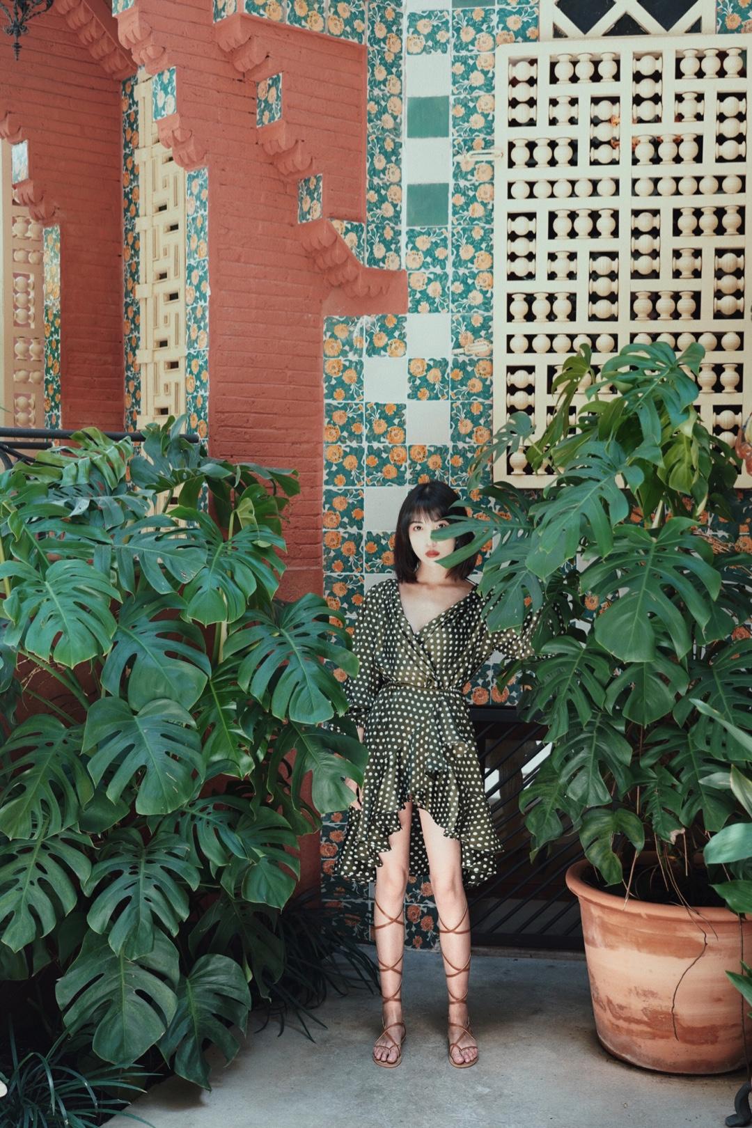【Valerie's OOTD】Vol.276 我最喜欢的夏日穿搭除了清新自然的碎花装、大方简单的极简风,还有波西米亚风,这种风格也同样很适合度假出游。 我身上这条连衣裙,是好看的不挑人的显摆墨绿色,波点印花让它有点俏皮。裙摆的不规则荷叶边设计,让它看起来非常蓬松也很有女人感,领子的荷叶边和裙摆相呼应,露出最显瘦的锁骨,大露背设计也很小心机了。 再搭配一双绑带凉鞋,一套非常波西米亚的夏日穿搭就ok啦。 #小性感!是我夏天的关键词#