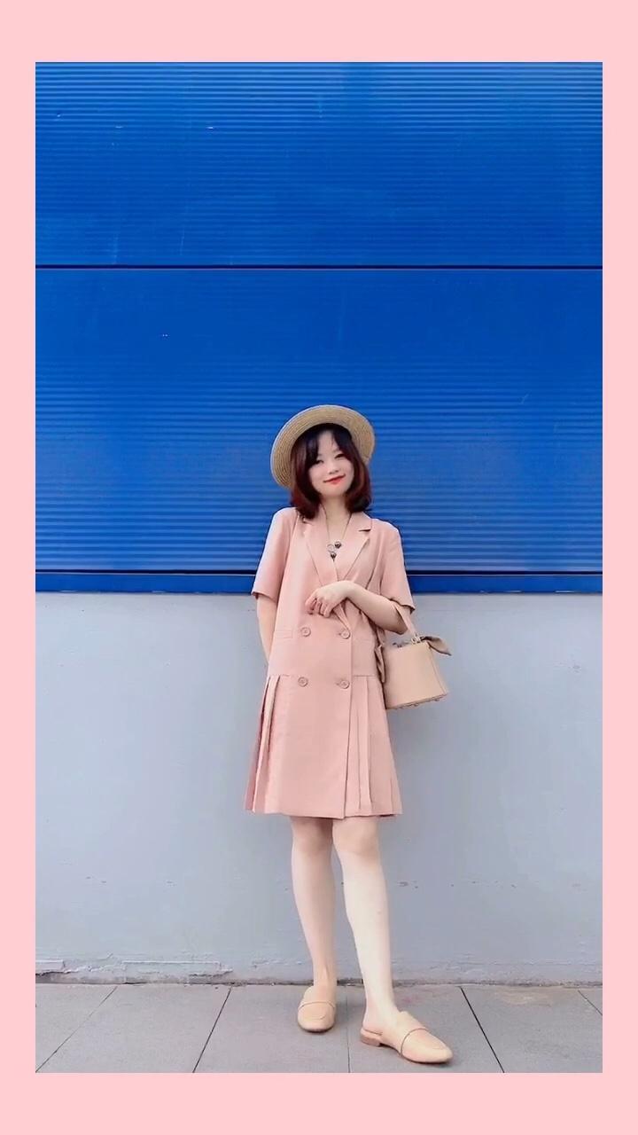 #越穿越瘦,梨形mm福音#  今年太喜欢粉色啦 夏天选了各种粉色单品 这款百褶连衣裙偏学院风哦 v领的翻领领口设计+百褶的下摆很减龄哦