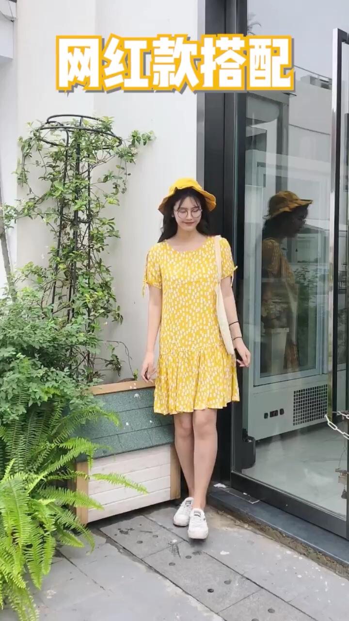 #越穿越瘦,梨形mm福音#  一套清凉感的搭配技巧 黄色永远不会过时啦 这款黄色的宽松连衣裙真滴超级舒服啦~ 搭配上同色系的黄色帽子 很有活力很可爱的一套搭配啦 帆布包包也是学院风的单品搭配之一啦~