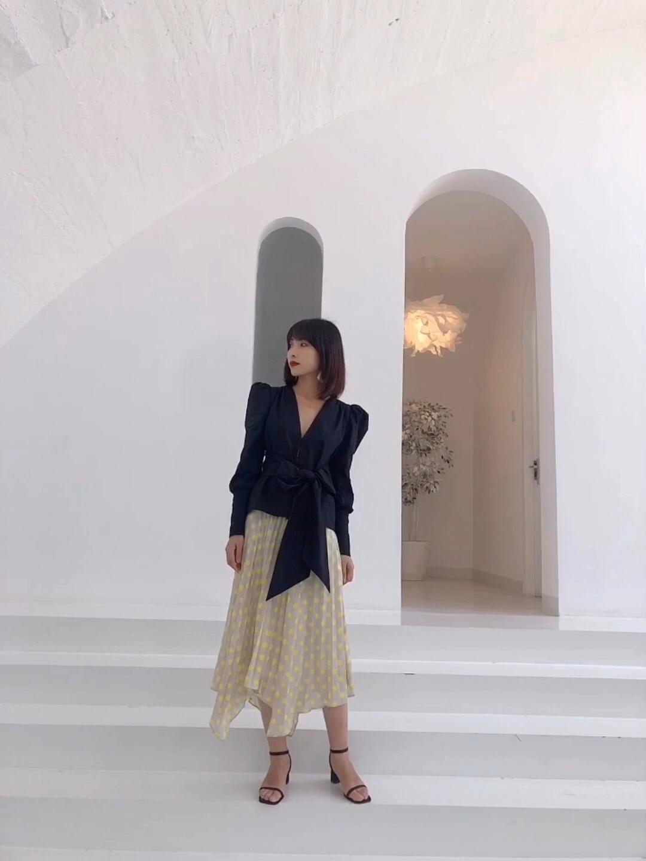 【Valerie's OOTD】Vol.275 这套穿搭是我最喜欢也最擅长的复古风。上衣是一件很有设计感的衬衫,泡泡袖以及垫肩都是复古细节,而且还能遮住手臂的赘肉。深v领以及绑带设计很显身材很,能展现梨形mm最细的腰身。 裙子我搭配的是一条百褶波点裙,不规则的裙摆很有层次感,荧光黄的波点也是今年的大热元素,同时也中和了上衣的深沉感。 因为服饰方面都很有设计感了,搭配的鞋子就我选择了最简单的一字带凉鞋,不会抢戏但是又刚刚好。 #越穿越瘦,梨形mm福音#