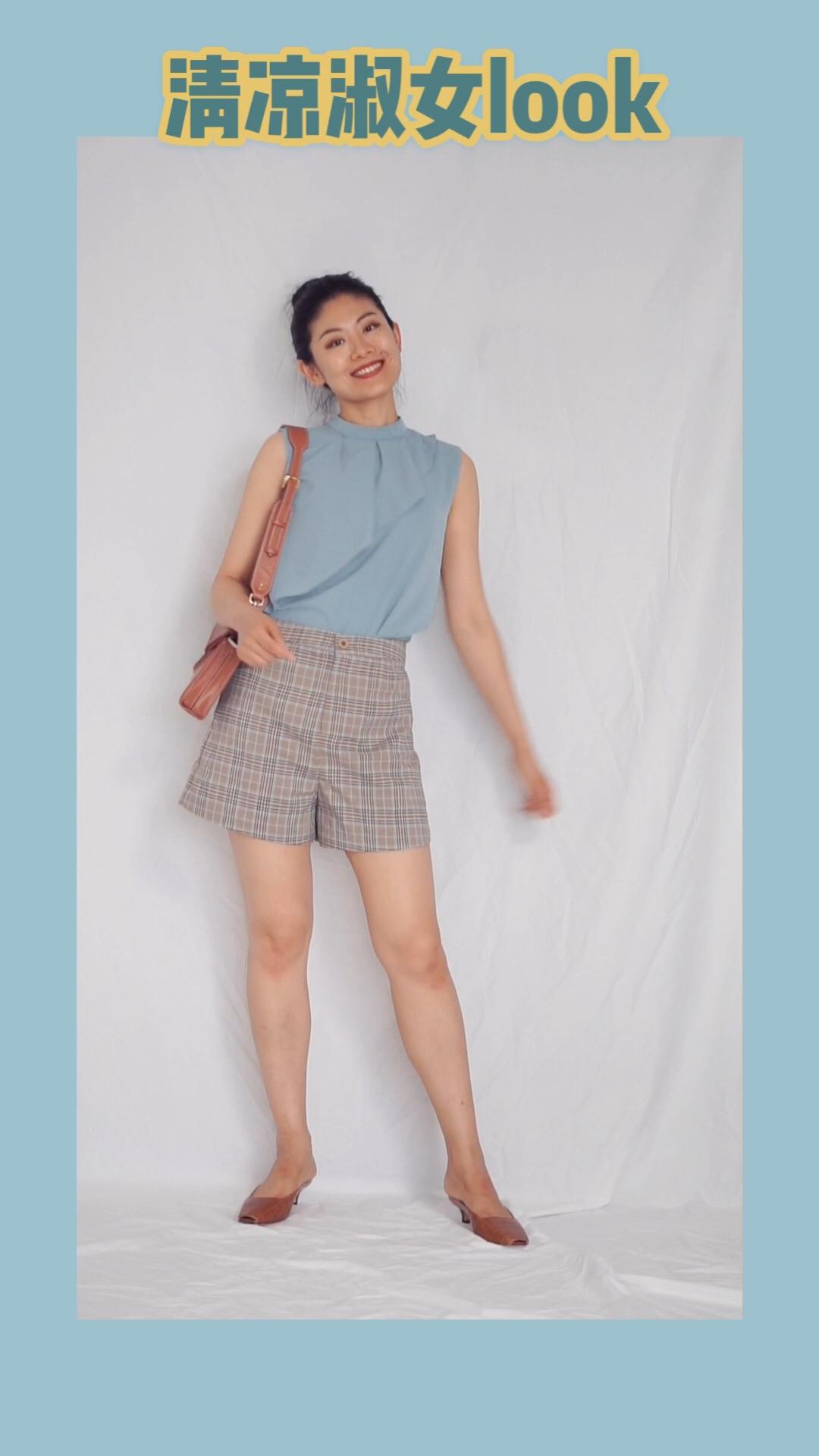 #小性感!是我夏天的关键词#浅蓝色看起来自带降温效果~ 搭配高腰短裤,两米大长腿立即拥有。包包和鞋子同色系可以看起来更加有整体感。