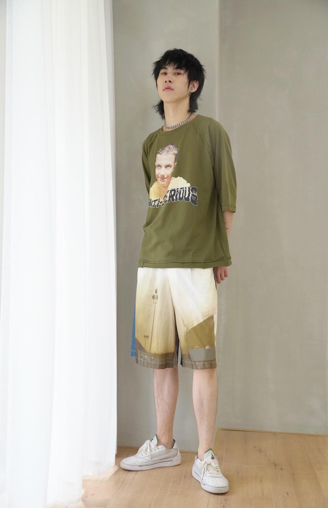 军绿色也是平常少见但是穿出来又很吸睛的一个颜色 不知道为什么冥冥之中有这种感觉 胸前加上打logo 短裤颜色呼应 喜欢就赶快get起来啊!!!#蘑菇街新品测评#