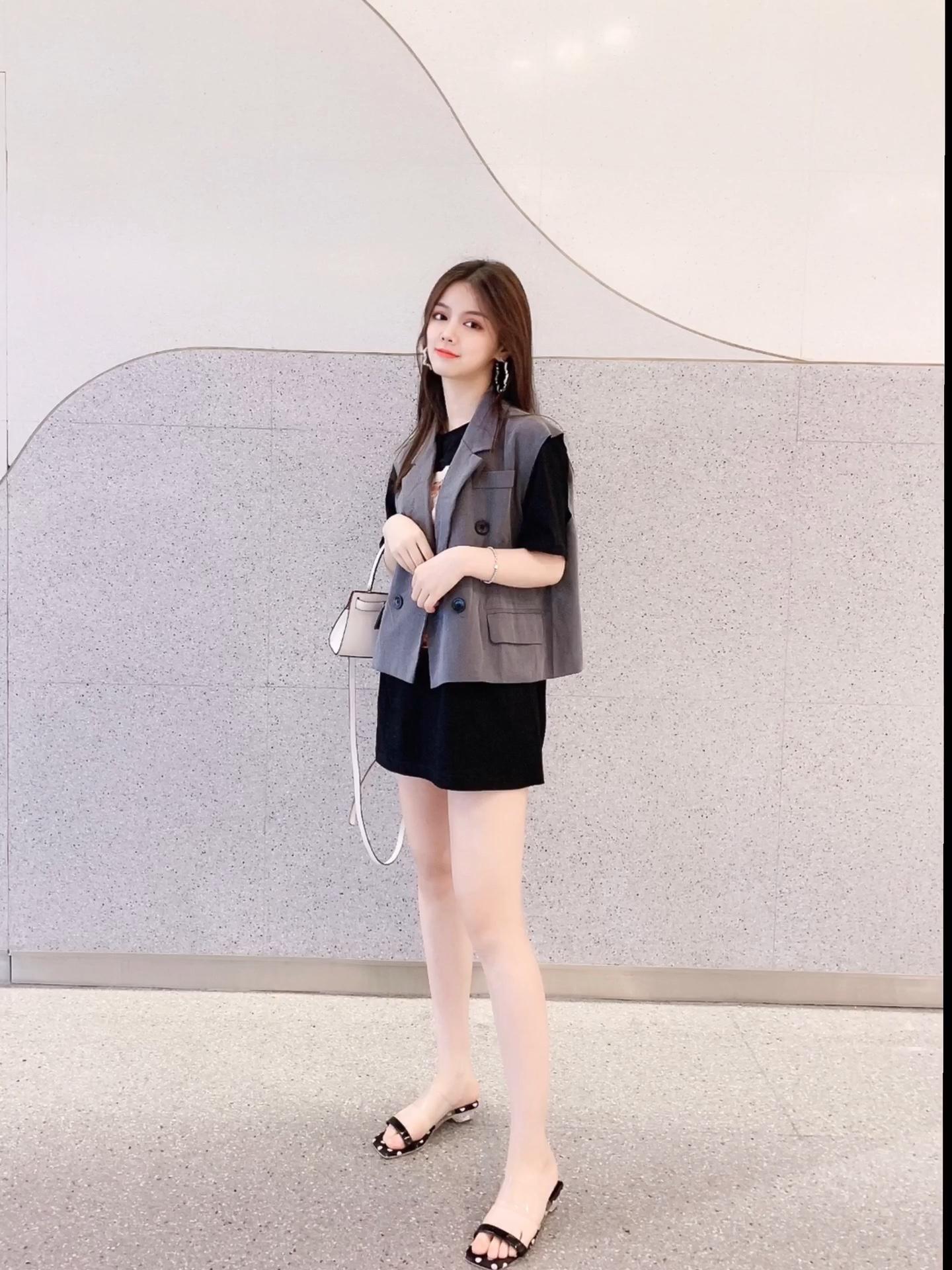 黑色印花t,长度刚好当连衣裙穿 搭配短款西装马甲体现层次感 小白包增加搭配亮度不显沉闷 透明波点鞋俏皮可爱 #九头身好比例全靠穿!#