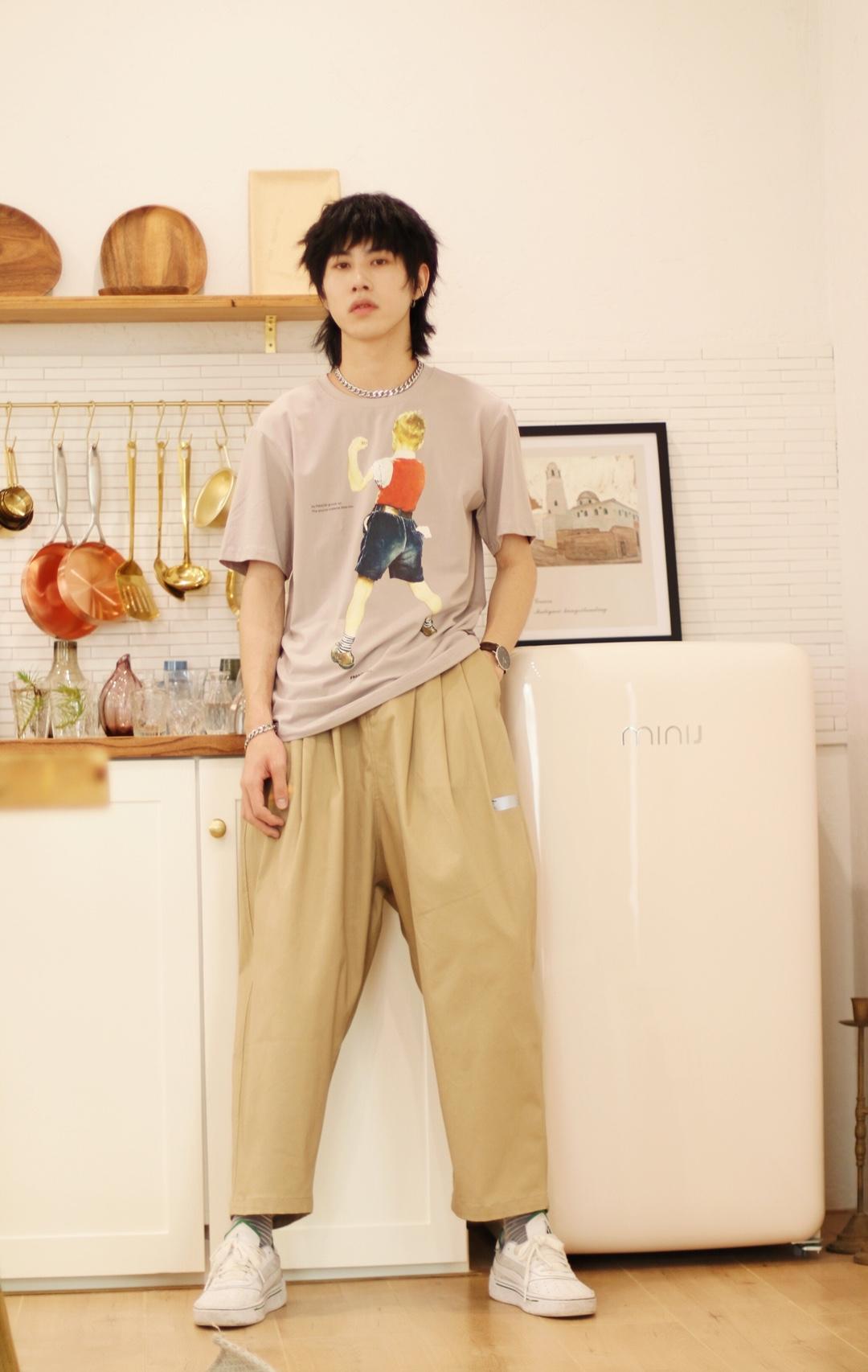 简单的T恤 简单的工装裤 就能搭配出轻潮感 不会让人觉得不会穿衣服的感觉 轻松搭配 夺人一位 喜欢就赶快get起来吧!!!#蘑菇街新品测评#