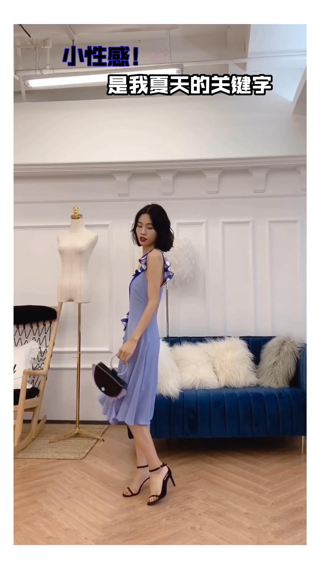 #小性感!是我夏天的关键词#  身高166 体重92 (尺码S  夏日完美小裙裙,以蓝色为基调拼接了自带复古感的格纹面料,利用精巧的拼接打造出了优雅知性的感觉。快穿上这条裙子在夏天里一起美丽吧~