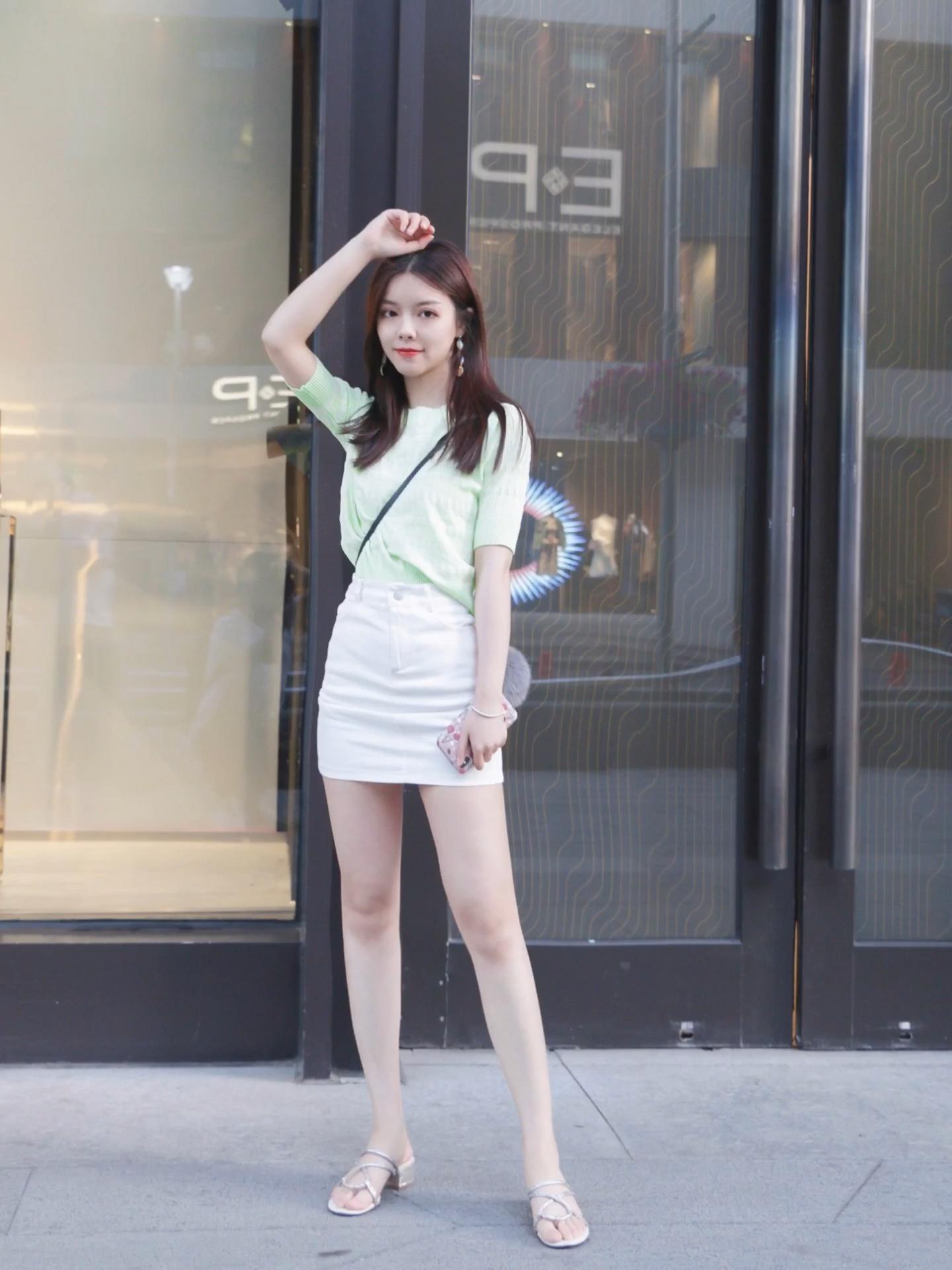 夏日必备薄荷绿,针织中袖清凉活泼 搭配a字白色针织裙 水钻鞋作为点缀 #上车!升温前赶上这趟清凉安利#