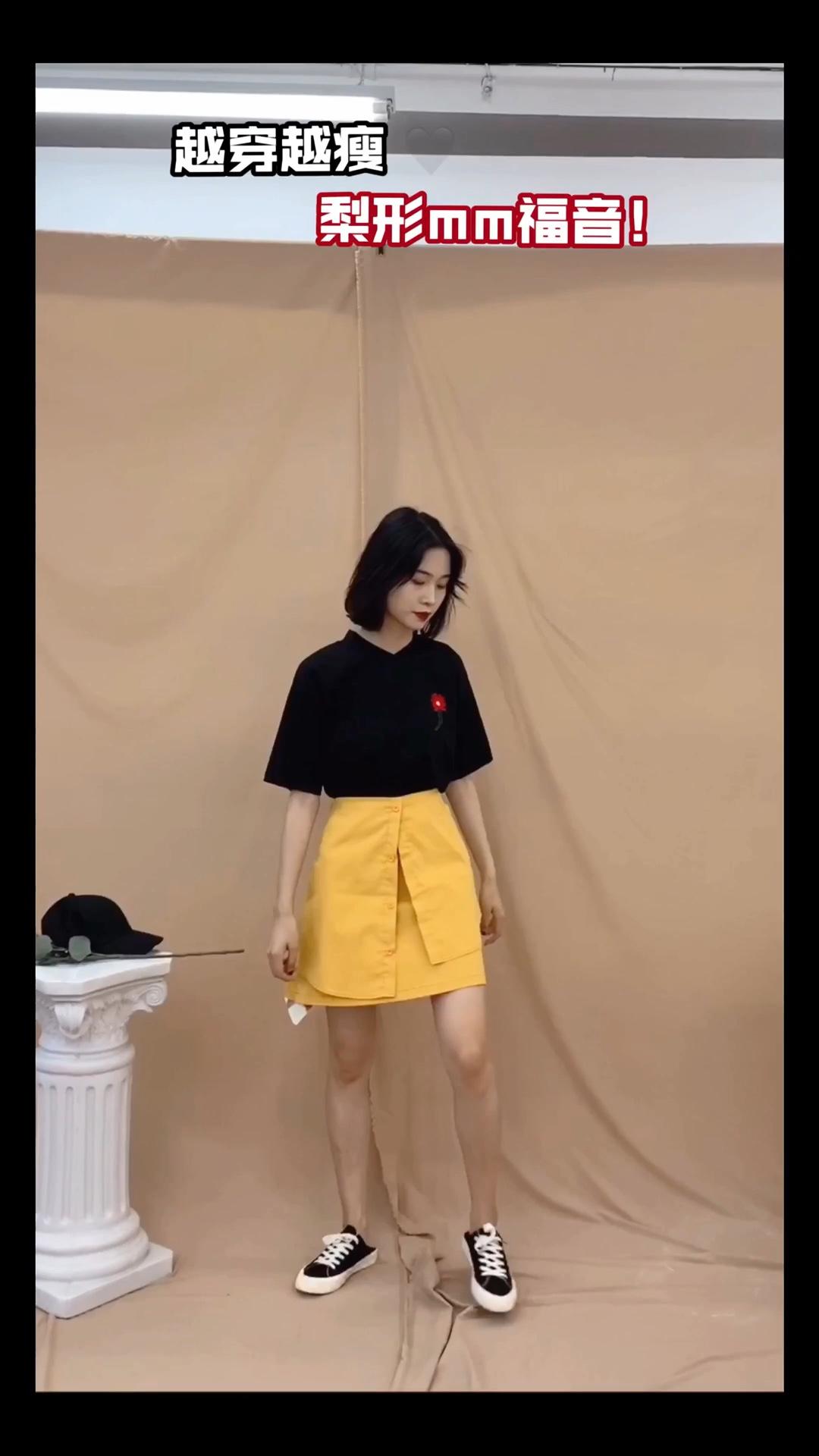#越穿越瘦,梨形mm福音#  身高166 体重92 (尺码S  这一套搭配就是韩范的感觉啦!黑色小花T➕不规则半身裙,比例分明,完美的修饰梨形身材~还很减龄哟~