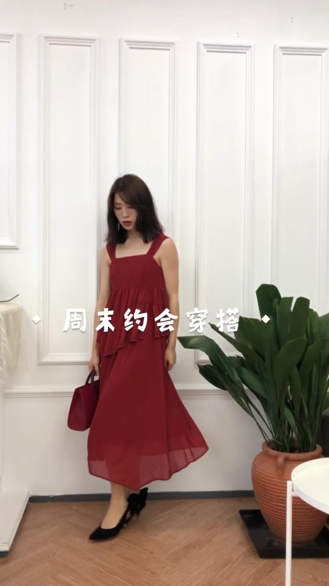 女生穿搭 韩系ins风 超温柔的一条连衣裙~ 这条连衣裙颜色非常显白~ 是吊带款大家还可以在外面加个防晒衣~ 包包我搭配的也是一件红色系跟裙子很搭~ 连衣裙:梅子熟了 包包:STARTOWN 鞋子:她的博物馆 #蘑菇街新品测评#