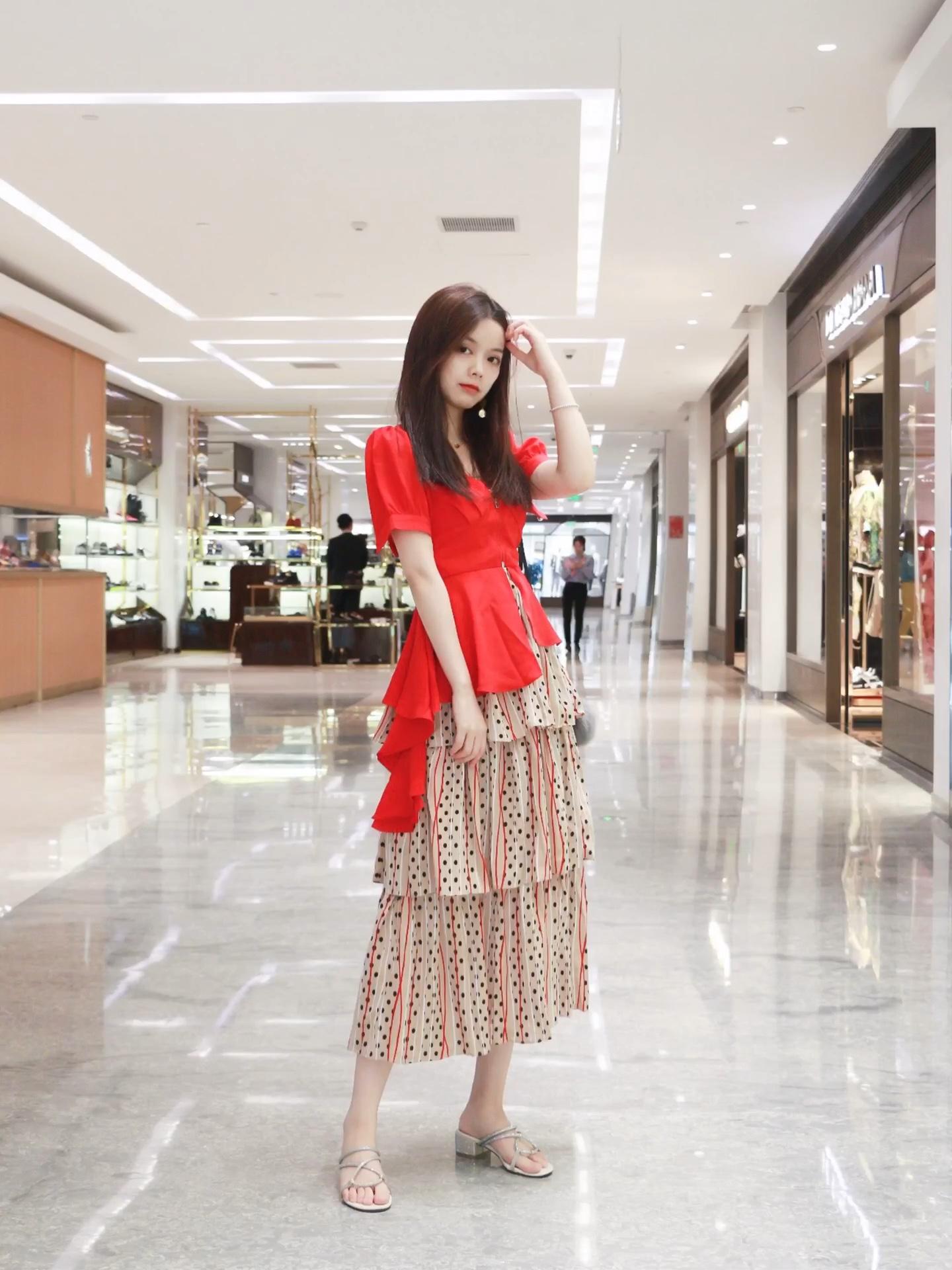 红色泡泡袖可爱,搭配性感深v的短上衣 鱼尾衔接波点蛋糕伞裙遮肉又拉长比例 整套颜色复古,搭配经典芙拉 #美裙上线,承包一夏的仙气#