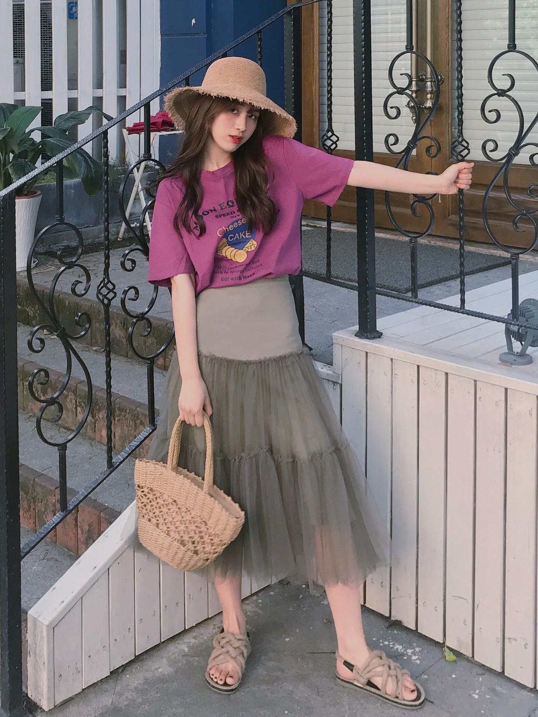 适合度假日常的穿搭哦❤️#想被街拍?最上镜穿搭学起来!#很特别的正紫色~上一条纱纱裙是米白色偏向于日系感穿搭,灰色更成熟一点。和这个颜色的t恤搭配起来有点复古的感觉。搭配小草帽和编织包包真的很完美哦❤️❤️