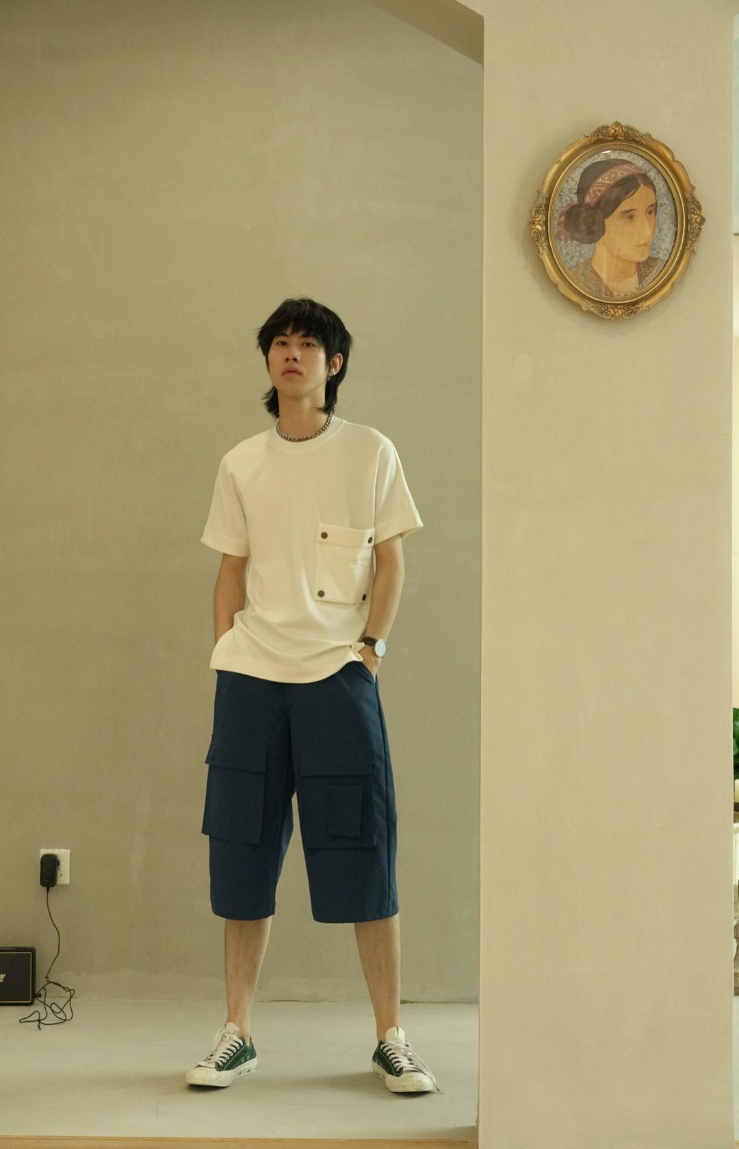白t再加上这这条藏青色短裤 简简单单又不失潮感 这样随性的感觉赶快get起来哦#第一次约会这样穿超加分!#