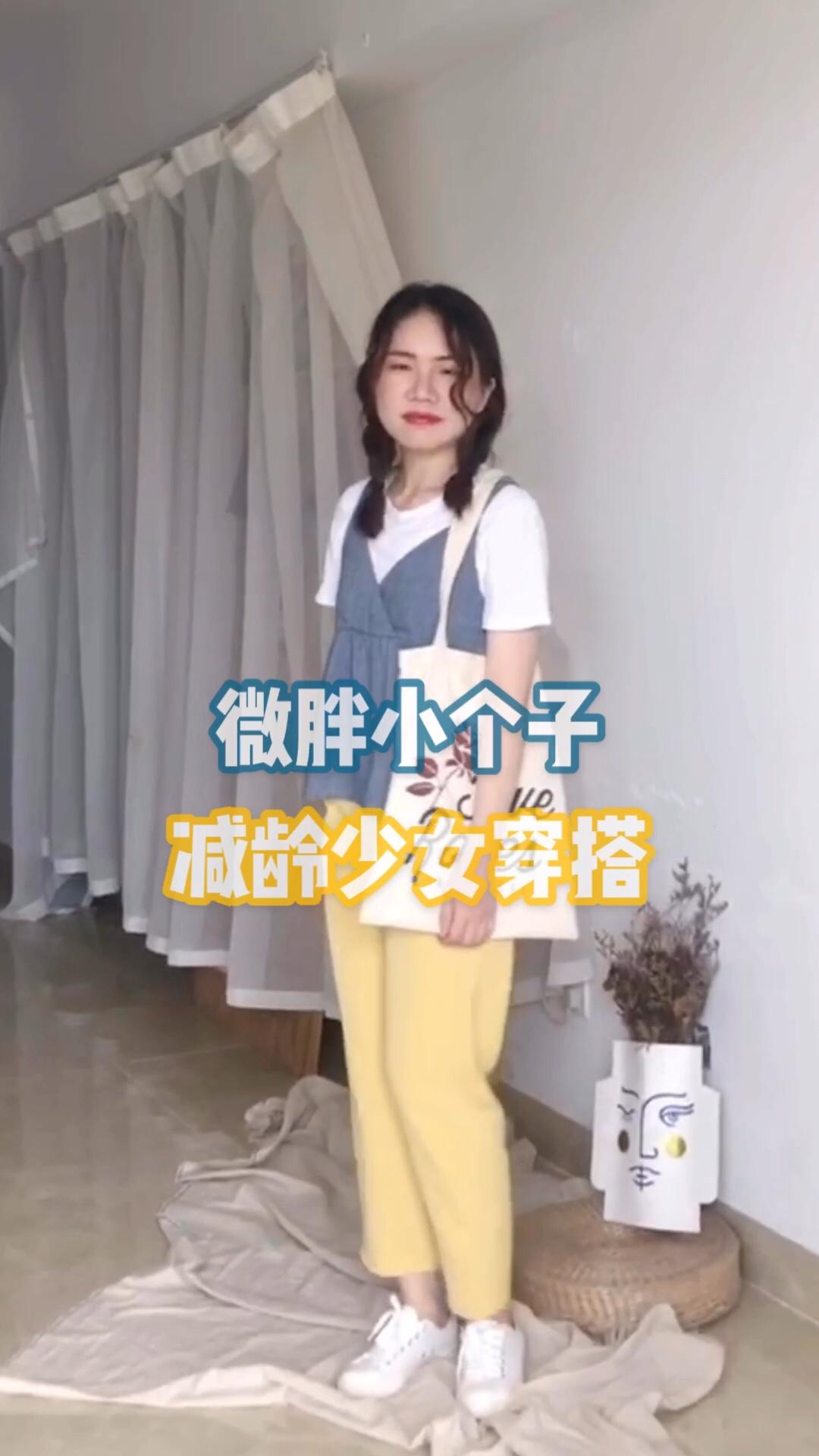 """超级夏日的配色!蓝色➕黄色➕白色 很好看!搭配一个花朵帆布包,一个小辫子 减龄又可爱的穿搭 这款小吊带简直是白搭神器!#这个女生也太""""黄""""了吧!#"""