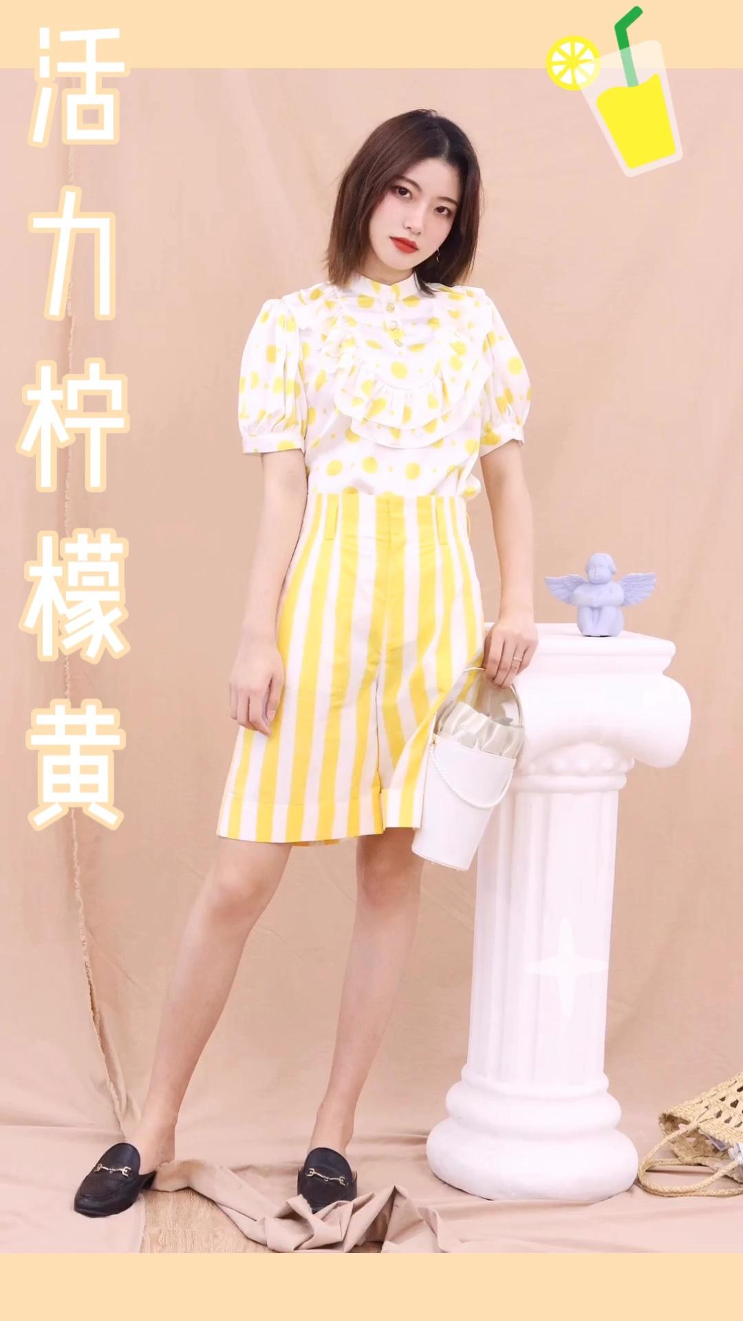 """波点可以说是时尚界非常复古的一个元素,今年也是特别的流行,所以今年大家都特别的喜欢穿波点衬衫~ 黄色波点衬衫,同样也是今年特别流行的一个款式,因为黄色也是同样特别凸显肤色的一个颜色,你是不是也特别的喜欢黄色的波点衬衫呢?看起来格外的复古和文艺。 搭配同色系柠檬黄条纹短裤,可爱又有活力~ #这个女生也太""""黄""""了吧!#"""