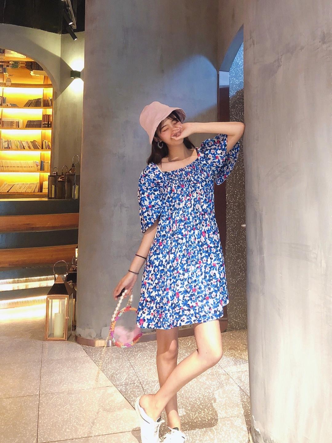#穿上降10℃!解救闷热天#  这件裙子的印花真滴很有特点啦 很有设计感的风格哦~  上身宽松松的 也很舒服啦 很适合夏天的款式啦 颜色也很亮眼 微胖女孩的首选裙子啦~