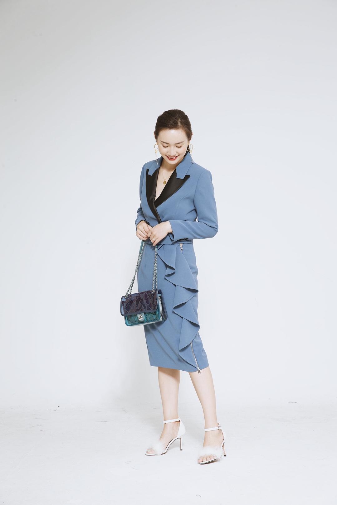 一个非常别致包包,展现了精致的风格。今天穿了一条蓝色西装裙,西装裙是一款加入了西装领设计的连衣裙,很有正式感。搭配黑色的翻领,脚上穿了一双毛毛球设计的尖头高跟鞋,释放出强烈的温油感。 #穿上降10℃!解救闷热天#