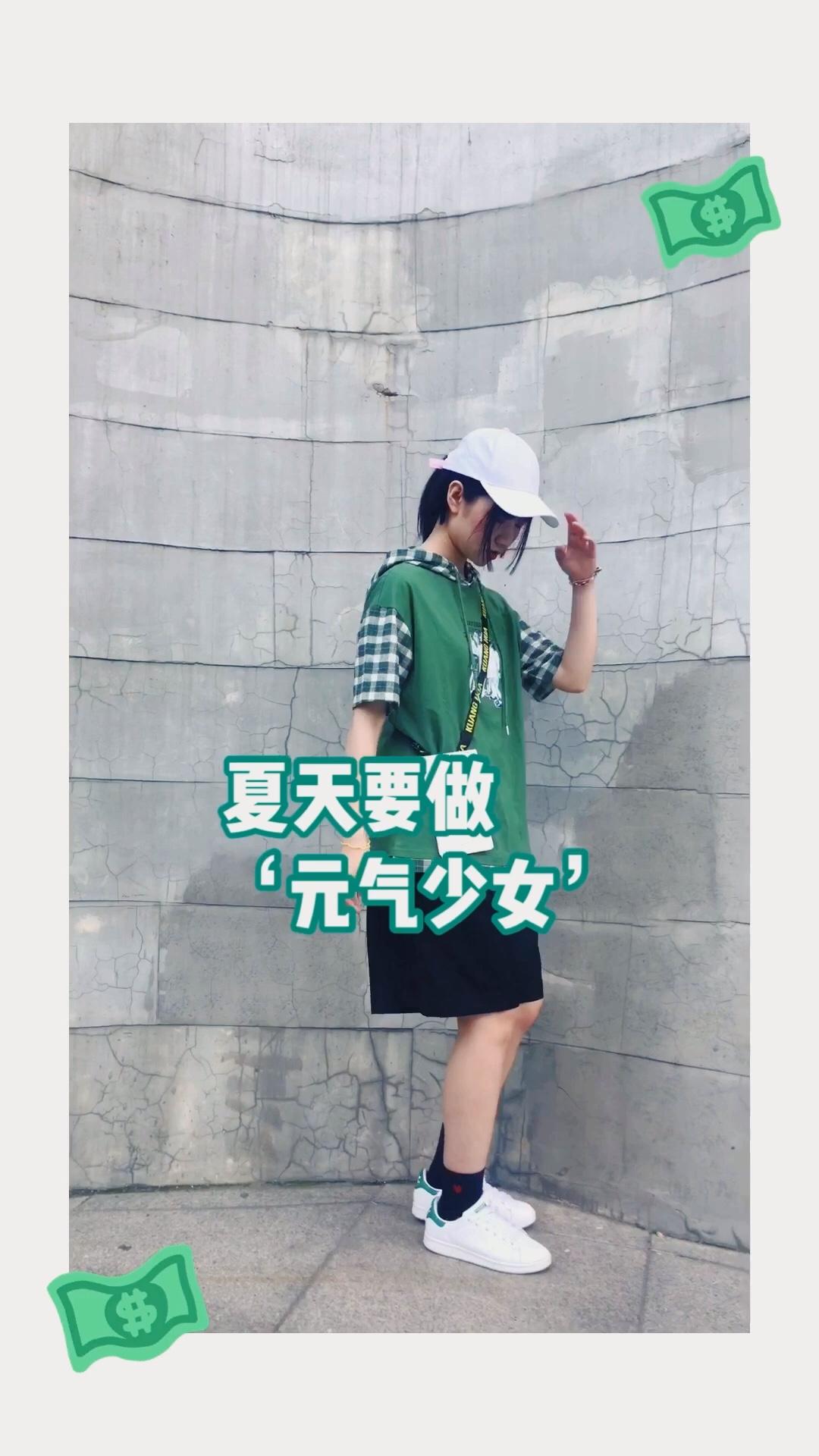 #黄皮夏日逆袭,超显白!#  绿色本身就很衬肤色 夏天穿就会又显得活力满满了 因为上衣是格子所以裤子就选了纯色的进行搭配 整体看起来不繁琐 并用白色配饰贯穿全身 使整体搭配协调又完整哦~