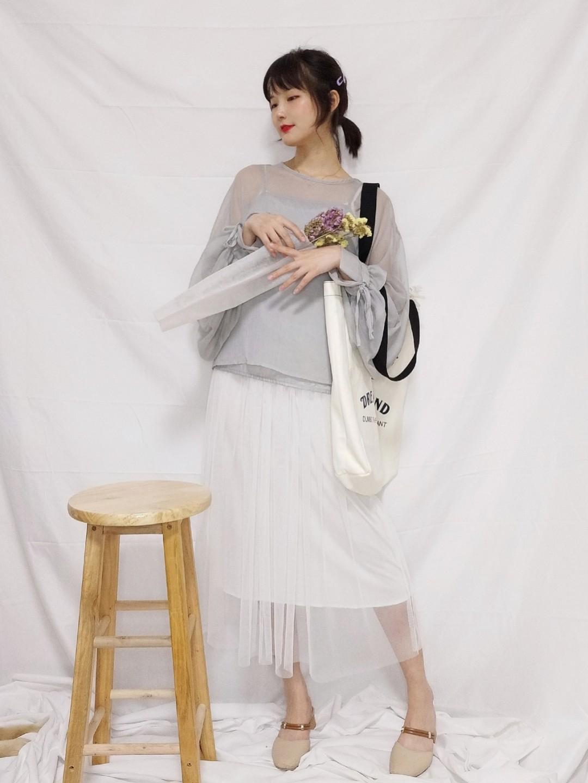 #少年的你,初恋的裙~# 无线温柔的一套look~这个配色我个人太喜欢了。 高级烟灰色的泡泡袖上衣轻盈垂顺,不经意举手投足散发知性魅力哈哈。 内搭是一件不会出错的莫代尔白纱裙,温婉日系感喔!