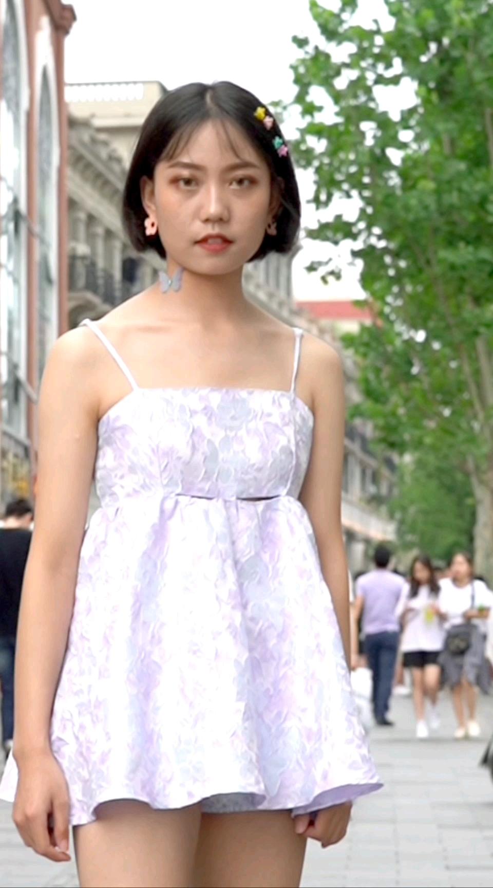 偶遇超耿直的幼师小姐姐,这条裙子显腿2米长…#街拍# 你们的显腿长神器是什么?