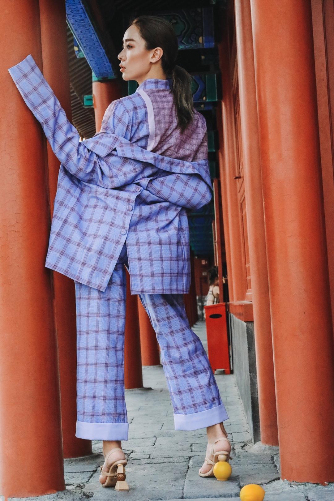 """我理解的时尚,就是通过某种东西来宣示你的潮流姿态,才是最""""绝顶""""的时尚的表达。[米奇比心]今天,""""彤哥""""把🍋lemon🍋的诱惑气息留在脚步间,无论走到哪里,都带着夏日的光芒![微风][微风][微风](很喜欢这组创作)  PS:💜💜💜&💛💛💛 鞋子: JACQUEMUS 西装套装/衬衫: ANKIMEKI #宫崎骏治愈风穿上身~#"""