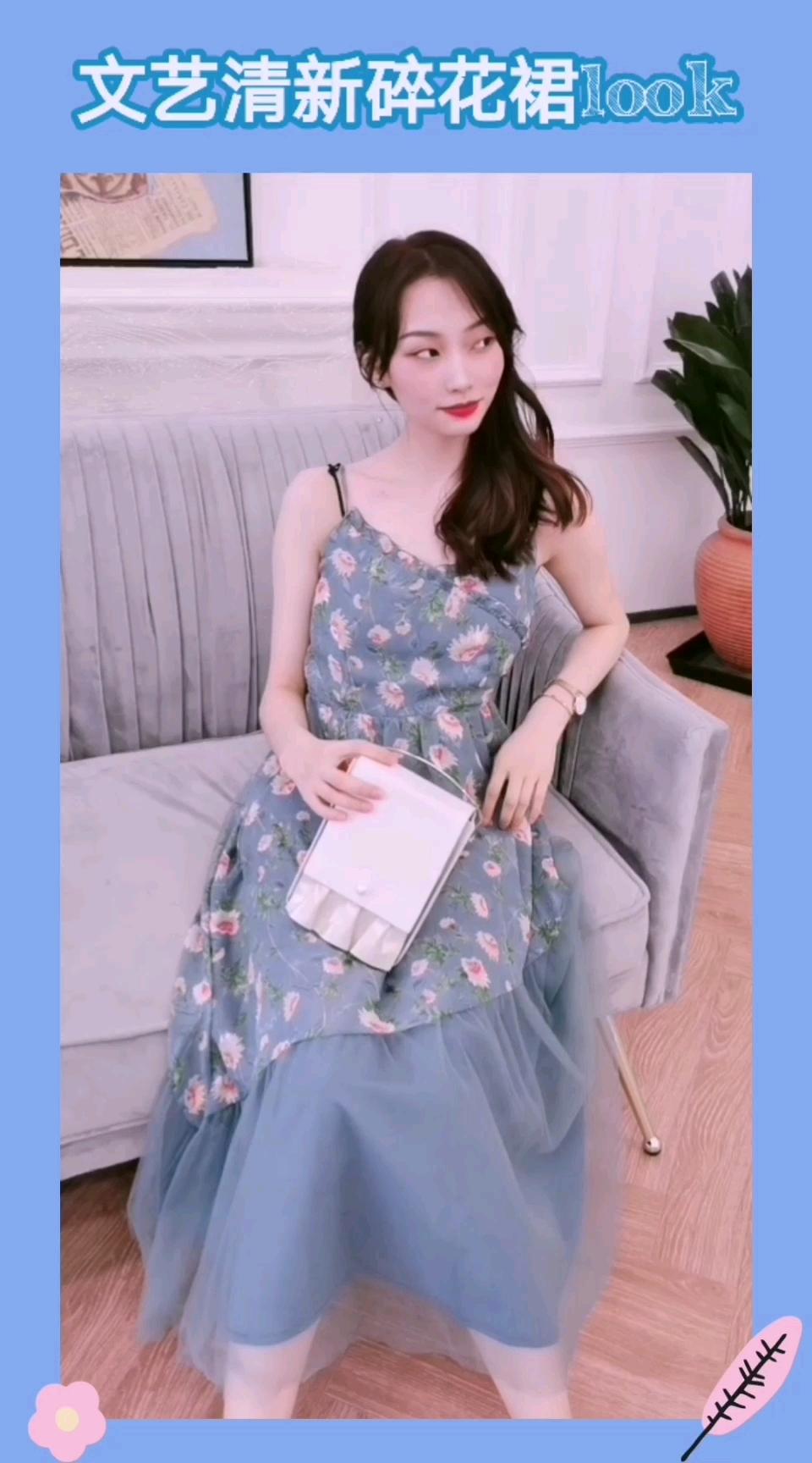 #显瘦公式:v领收腰大长裙# 一条很清新优雅的吊带连衣裙 布料是雪纺的 网纱拼接设计 碎花让整体很淑女 约会穿它就对了!