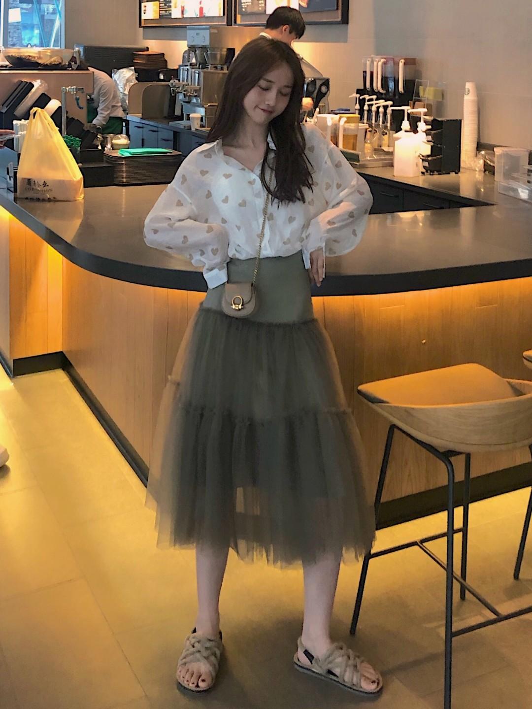 下半身这条纱纱裙真的超好搭配 面料也是很高级的欧根纱 上次我搭配了一件蛋黄T恤 和一件紫色的t恤 今天我搭配了一件棉麻料子的爱心衬衫哦,有一点小小的透视哦,当然有小姐姐觉得有点漏的话可以里面搭配一件小吊带拉,就跟我一样。#显瘦公式:v领收腰大长裙#天气再凉快一点大家可以在外面搭配一个小皮衣man娘平衡一下~或者穿个针织衫装装个柔弱都是极好的哦。