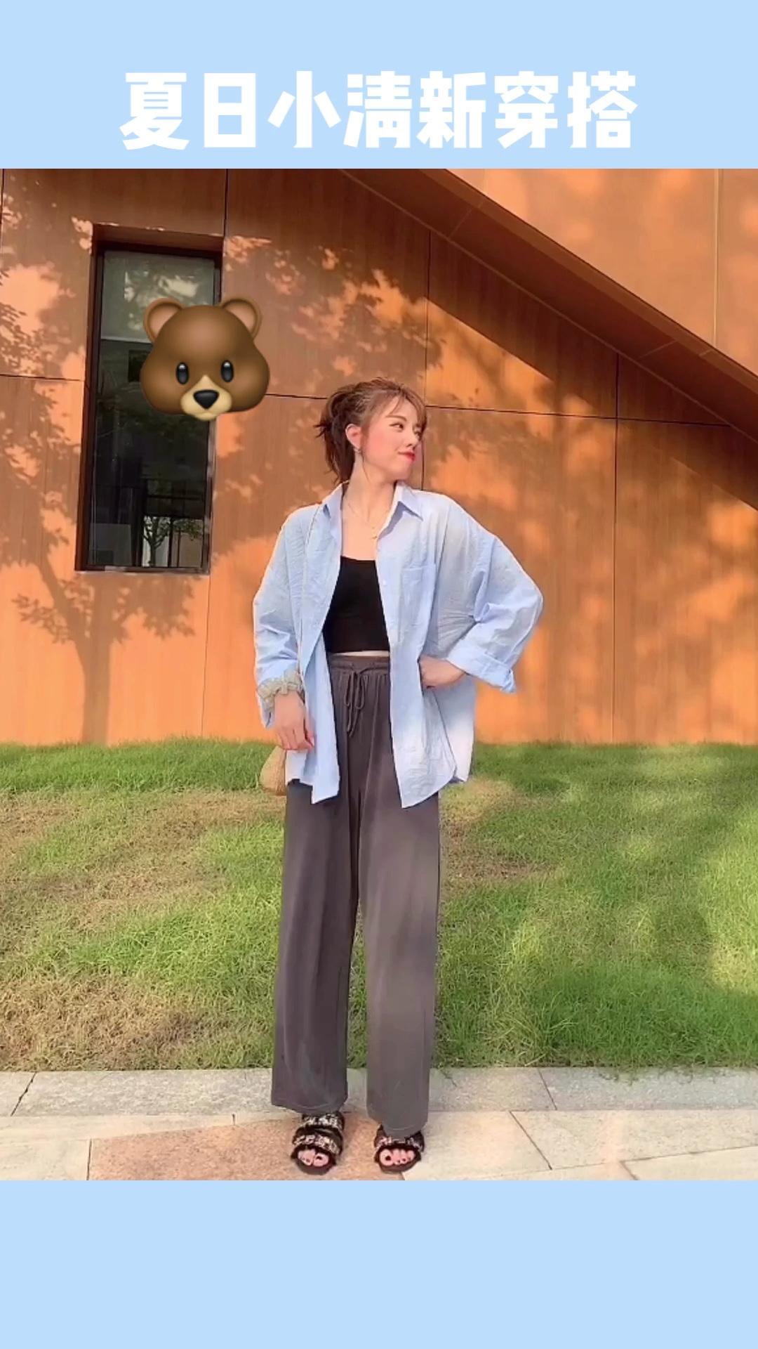 #盛夏和冰淇淋色更配哦!# 蓝色条纹衬衫特别轻薄,颜色非常好看,里面搭配小背心,再穿一条阔腿裤,真的即随意又好看~