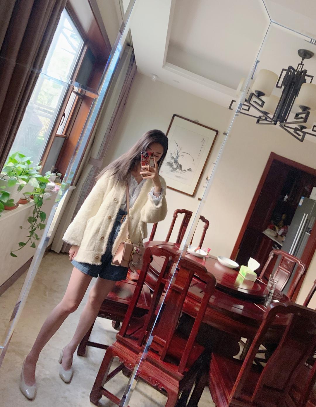 #学生一枚# 超温柔的一身搭配! 米色针织外套配同色系也是编制面的鞋子 和粉色的包包超配的! 低跟鞋露脚面也超显腿长哦