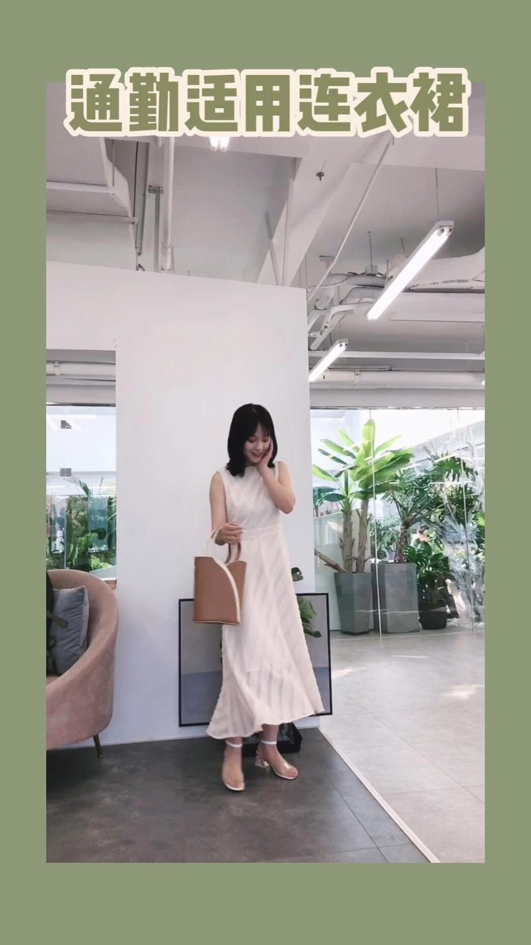 #穿上被猛夸?这裙子可以!# 裙子:宿本 包包:unitude 这条裙子也是雪纺面料哒 夏天穿很凉快 它比较偏向气质款 没有过多累赘的设计 简单素净却非常有质感 搭配一个大气的手提包就非常有质感啦