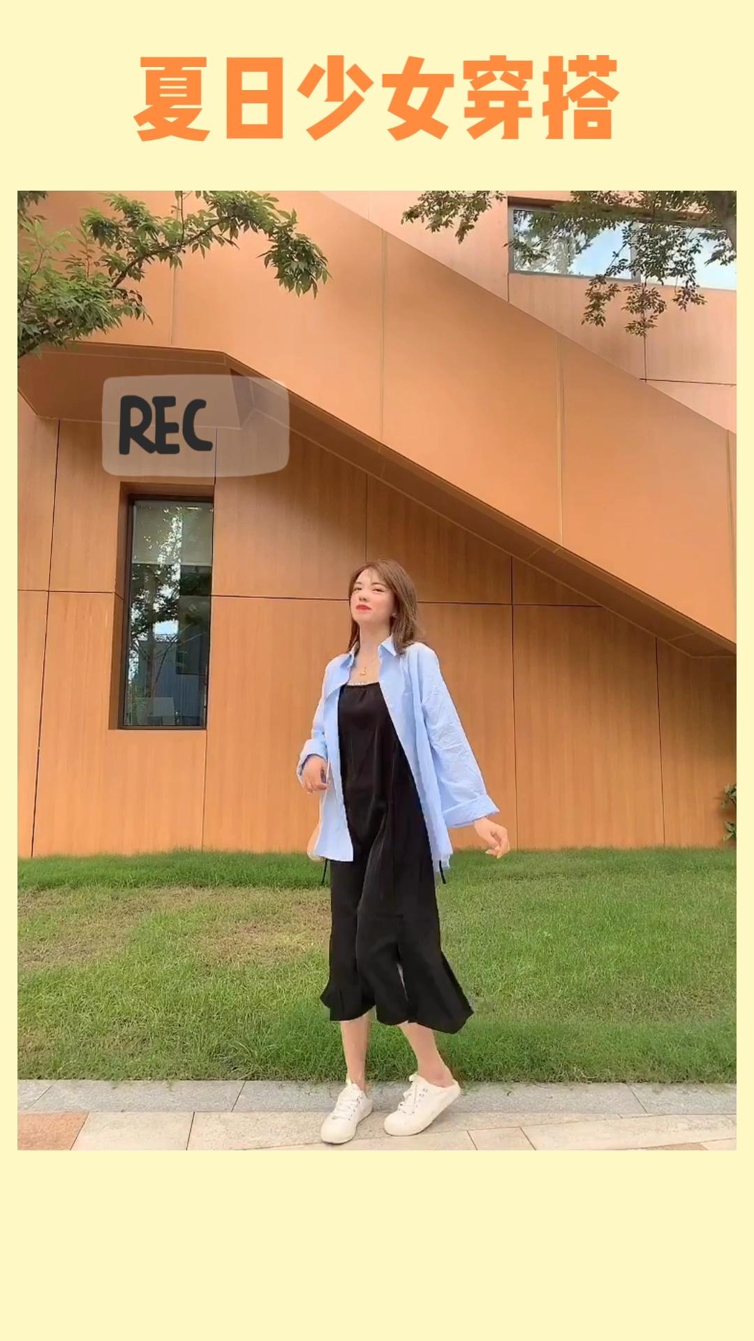 #盛夏和冰淇淋色更配哦!# 蓝色条纹衬衫特别的清新耐看,非常日常的感觉,搭配夏日必备小黑裙,不管是上班还是逛街都可以~