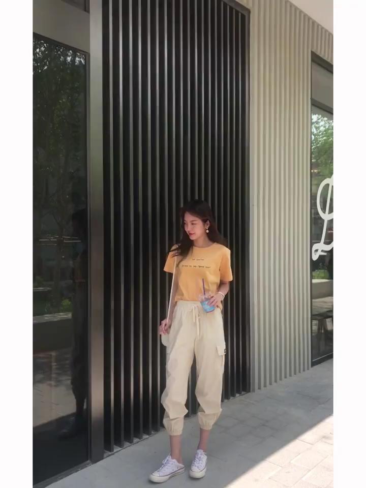 #一眼心动的夏日上衣!#韩都衣舍2019夏装新款女装韩版裤装套装短袖时尚套装,上衣宽松腰围是刚刚的好穿上显瘦款式整体显休闲的哦,可以分开搭配都是很好搭配的哦两件都是很好看的呢料子也是很舒适的穿上,不用为了搭配而在烦恼了这款套装就是很好的哦!