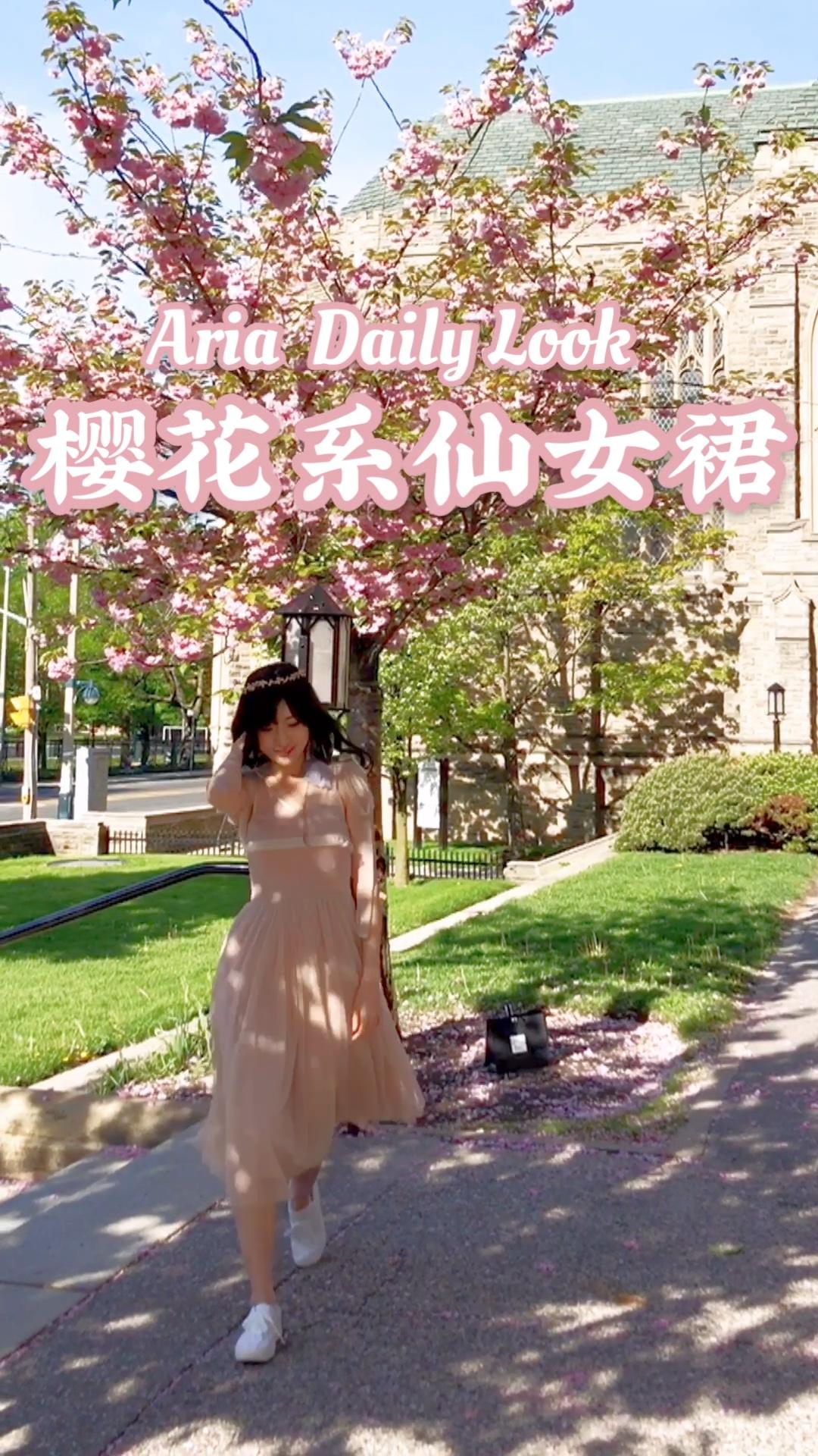 #果味少女夏日套装#  让人沦陷的仙女裙,赫本式的优雅,淡粉色🌸色系 露背设计又有点小性感, 真是很仙很春夏的气息 搭配羽毛耳饰更有仙气哦