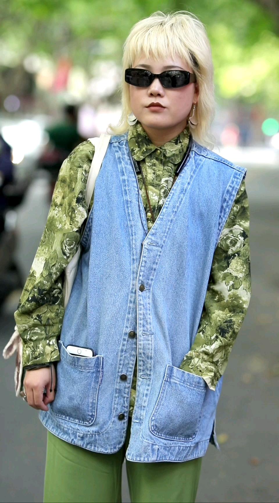 2)上海摄影师小姐姐一身穿搭多少钱?会自己做包包的小姐姐我好羡慕!#街拍# 你们有自己做衣服或者包包的经历萌?