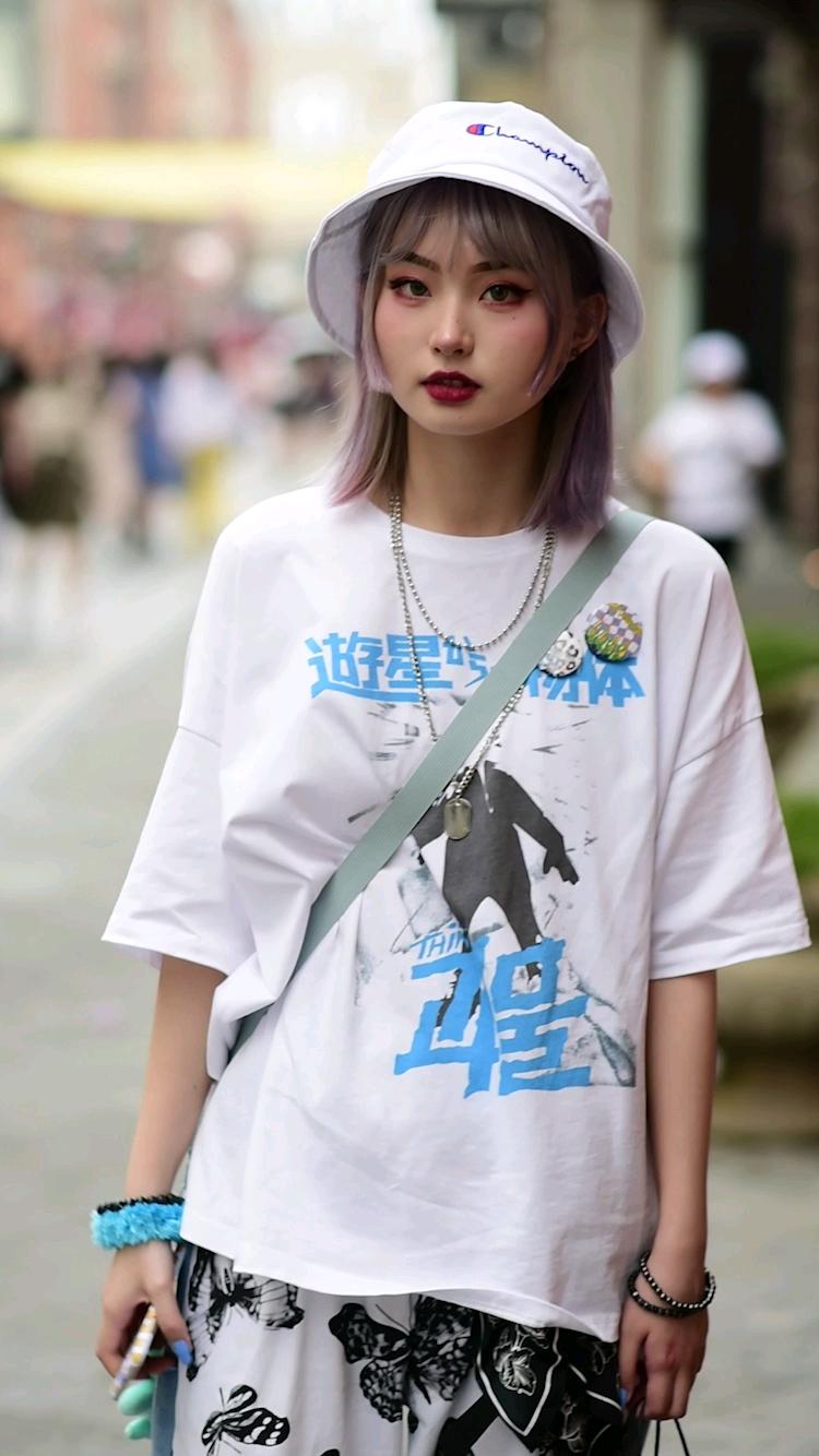 街头偶遇一身白穿搭的小姐姐,暂停看细节小姐姐超可爱的! #街拍# 你们夏日更爱紧身还是宽松的穿搭?