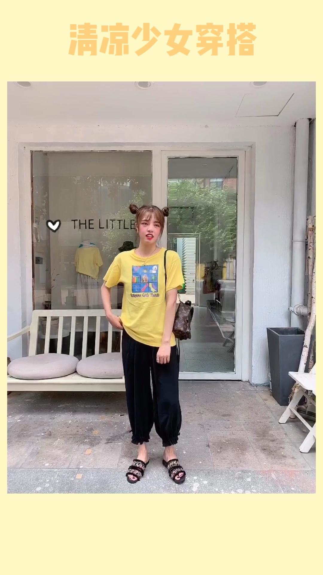 #果味少女夏日套装# 超级好看的黄色,特别显白哦,上面印花有一种日系复古的感觉,搭配黑色灯笼裤,雪纺的面料真的太好穿了,最近每天都在穿!!