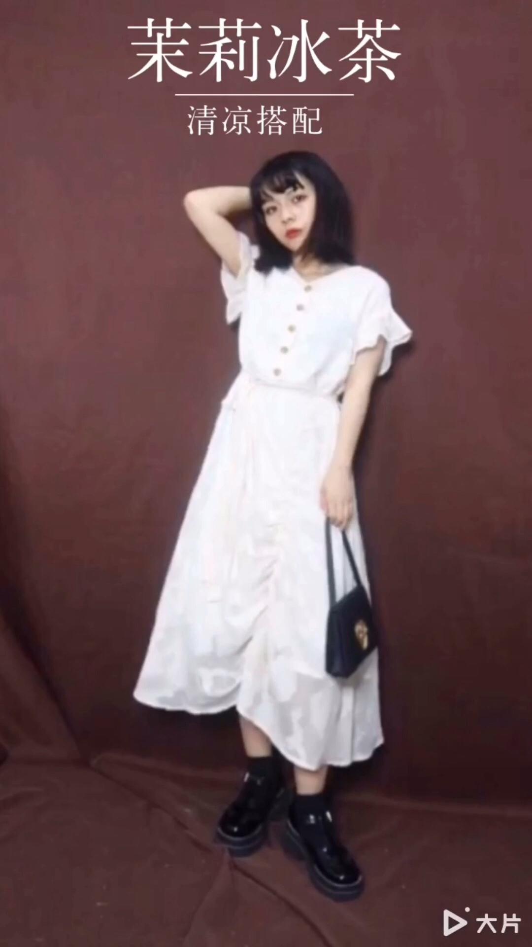 这条裙子炒鸡有设计感 小飞袖的设计无敌仙啦 穿上也很显瘦 裙子的印花和褶皱是我最喜欢的地方 这条裙子没有那么的娘 反而有一种酷酷的味道 搭配个松糕鞋或者小靴子就很美妙#懒癌+肥胖?终于有救了!#