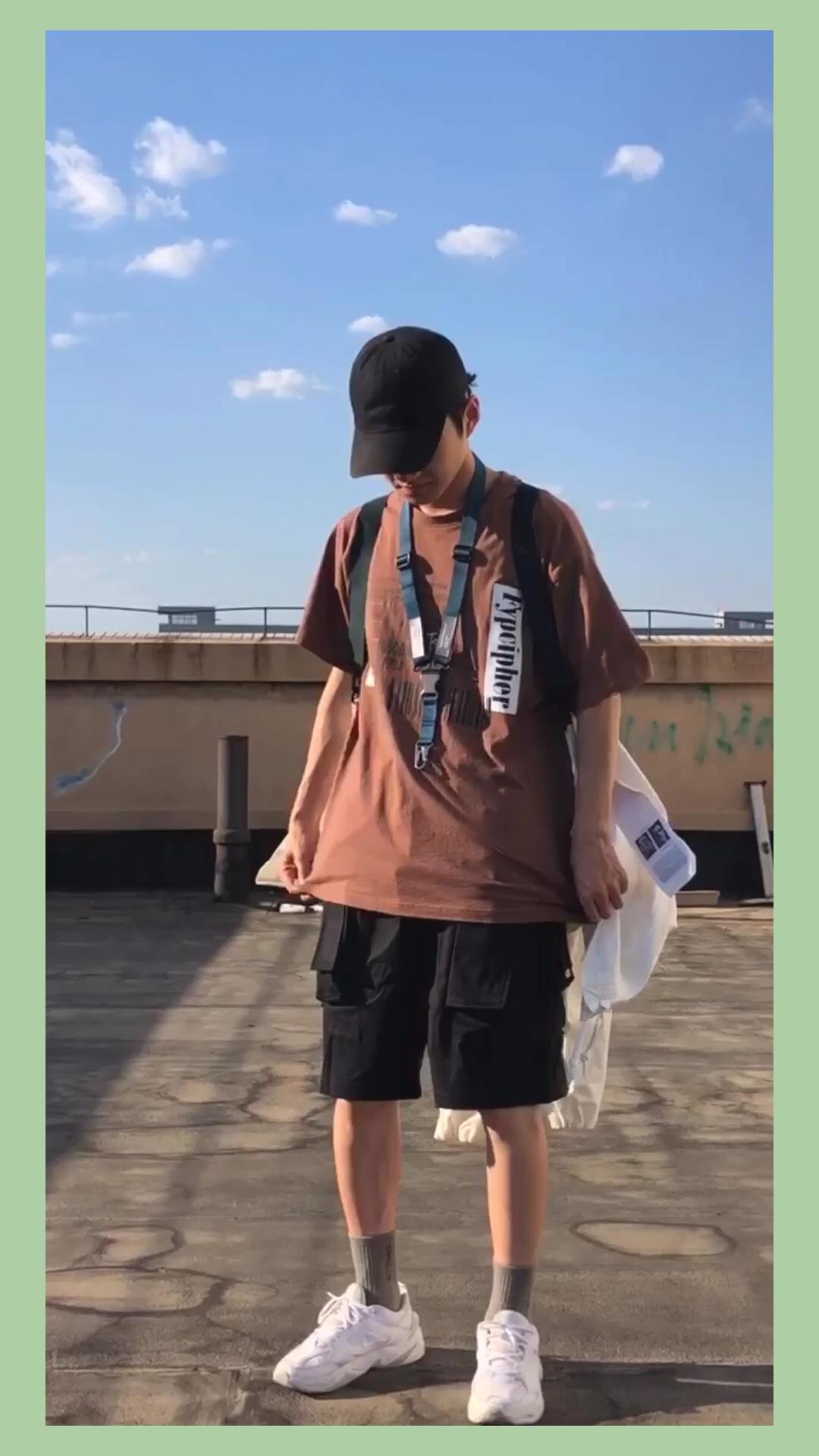 这套搭配可玩性比较高,也具有实用性,衣服我选了一个咖啡色的T恤,搭配了这种绿色的卡扣挂绳,这个挂绳能很好的增添上半身的细节,同时也可以挂一些钥匙之类的小物件。后面背的是一个宽松的外套,设计了两条背带,可以在天气热的时候背着,比较适合温差较大的地区。裤子是一个具有多种口袋的工装短裤,裁剪设计我比较喜欢,也很实用,能放一些小零件。夏季单品相对较简单,大家可以靠一些搭配增加细节刻画。 #这么穿,街拍小哥追你跑!#